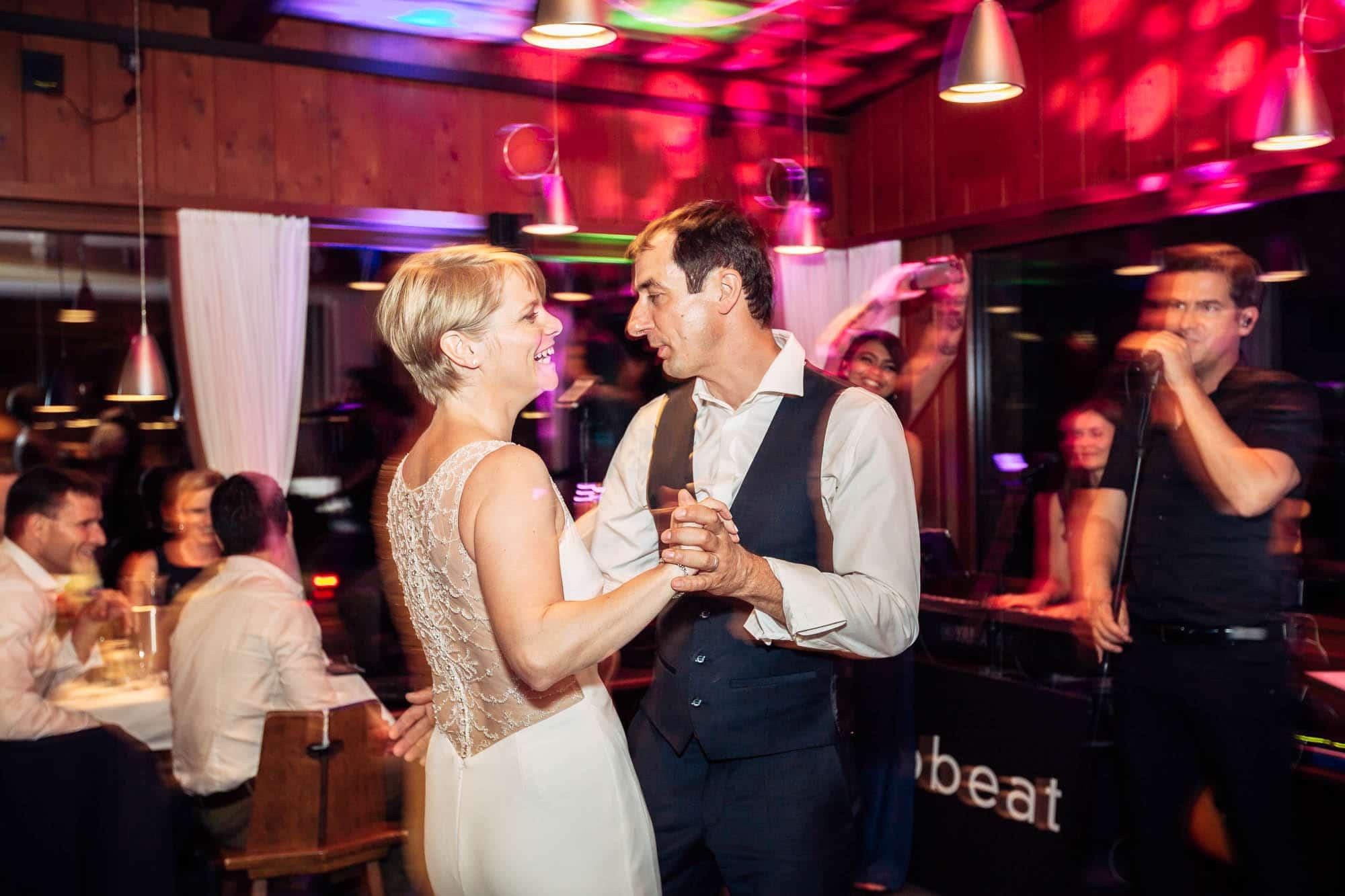 Brautpaar tanzt zur Musik von Band