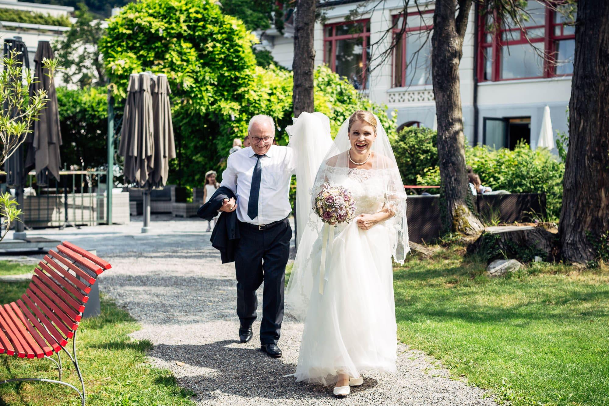 Brautpaar sieht sich zum ersten Mal. Reaktion der. Braut