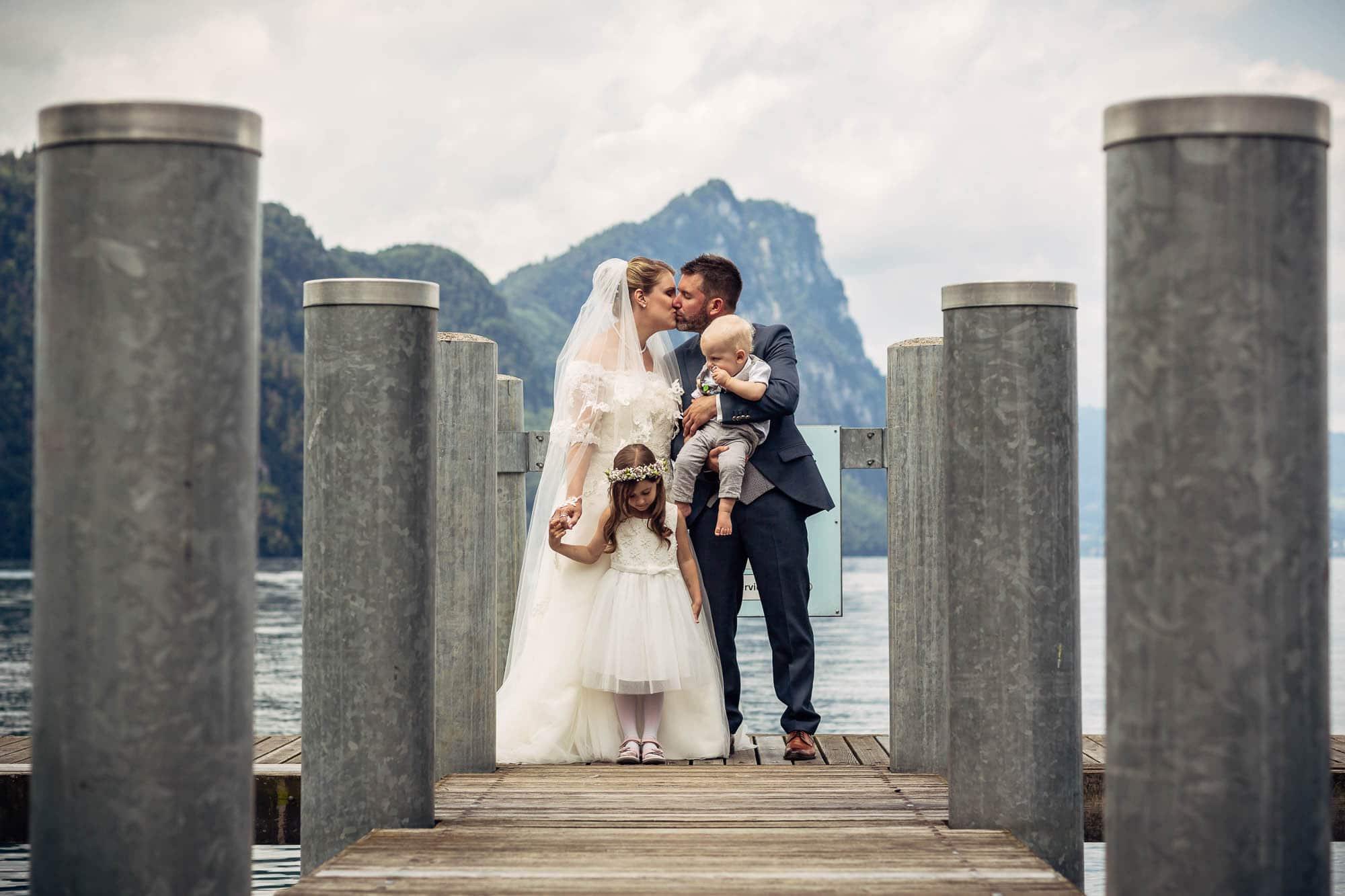 Hochzeitsfoto auf dem Schiffsteg in Vitznau