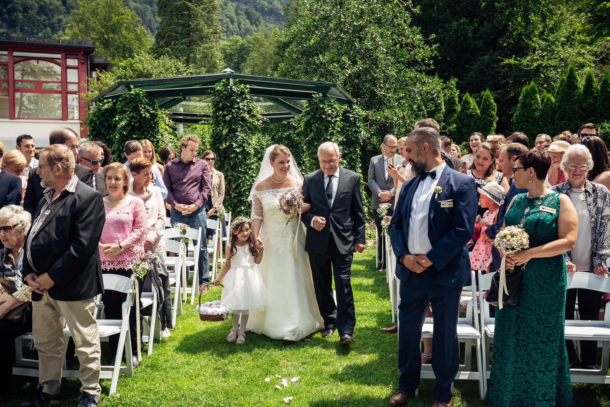 Braut wird von Vater zur Zeremonie geleitet