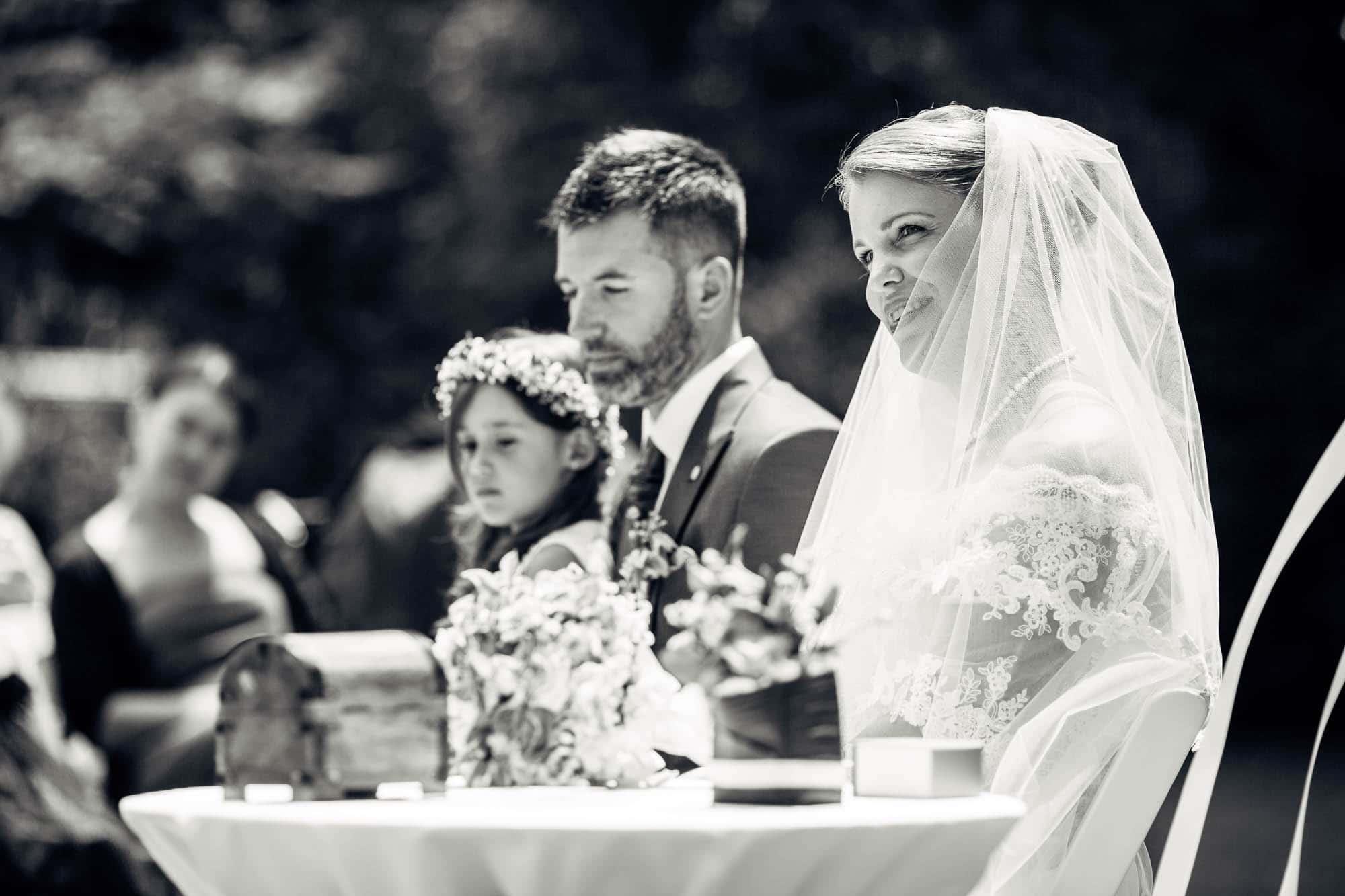 Braut schaut glücklich