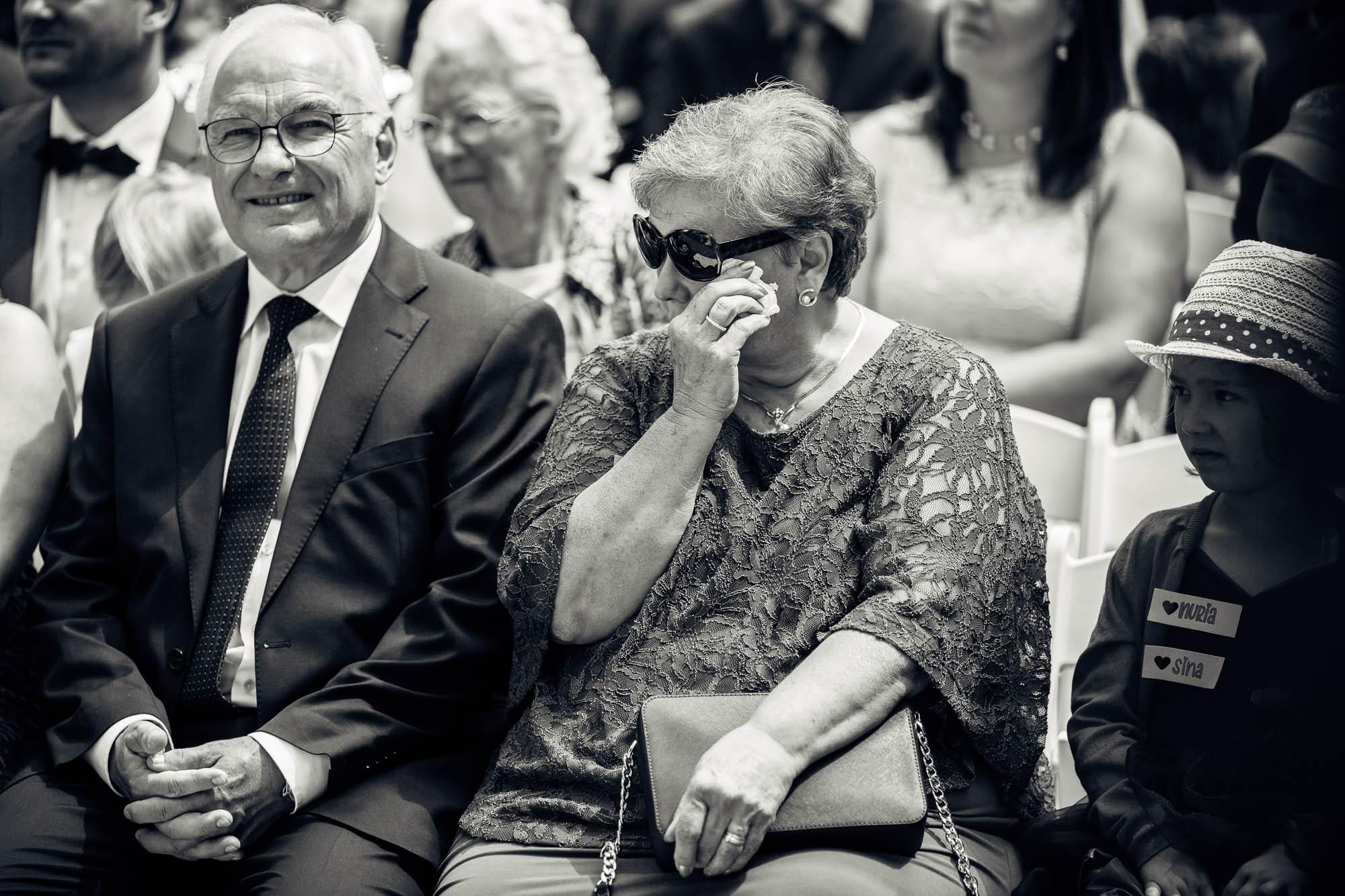 Mutter der Braut weint und wischt sich die Augen