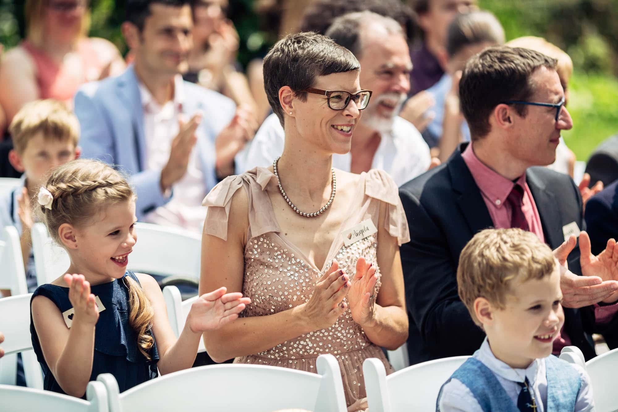Hochzeitsgäste applaudieren