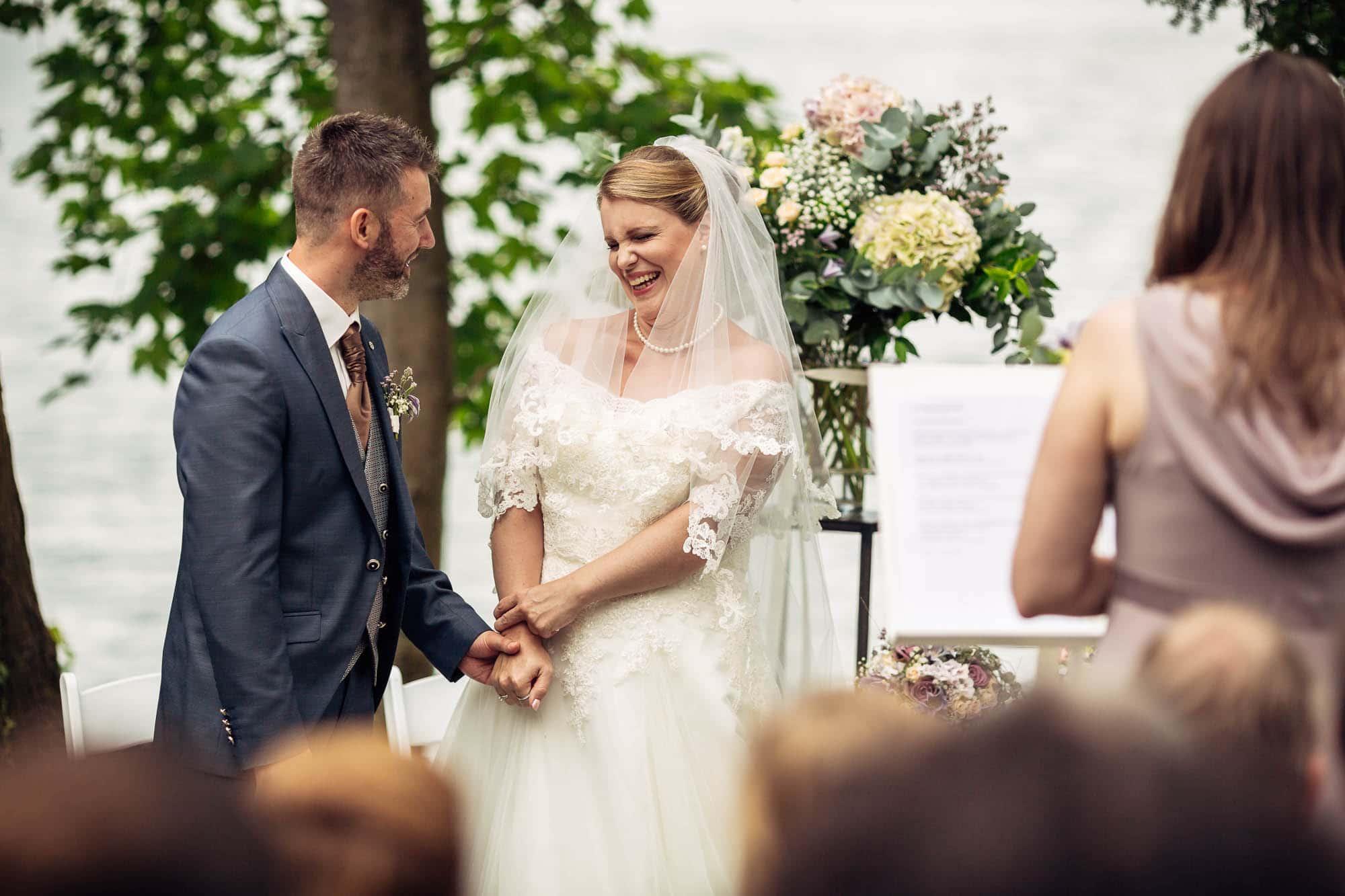 Braut lacht beim Eheversprechen draussen am Vierwaldstättersee