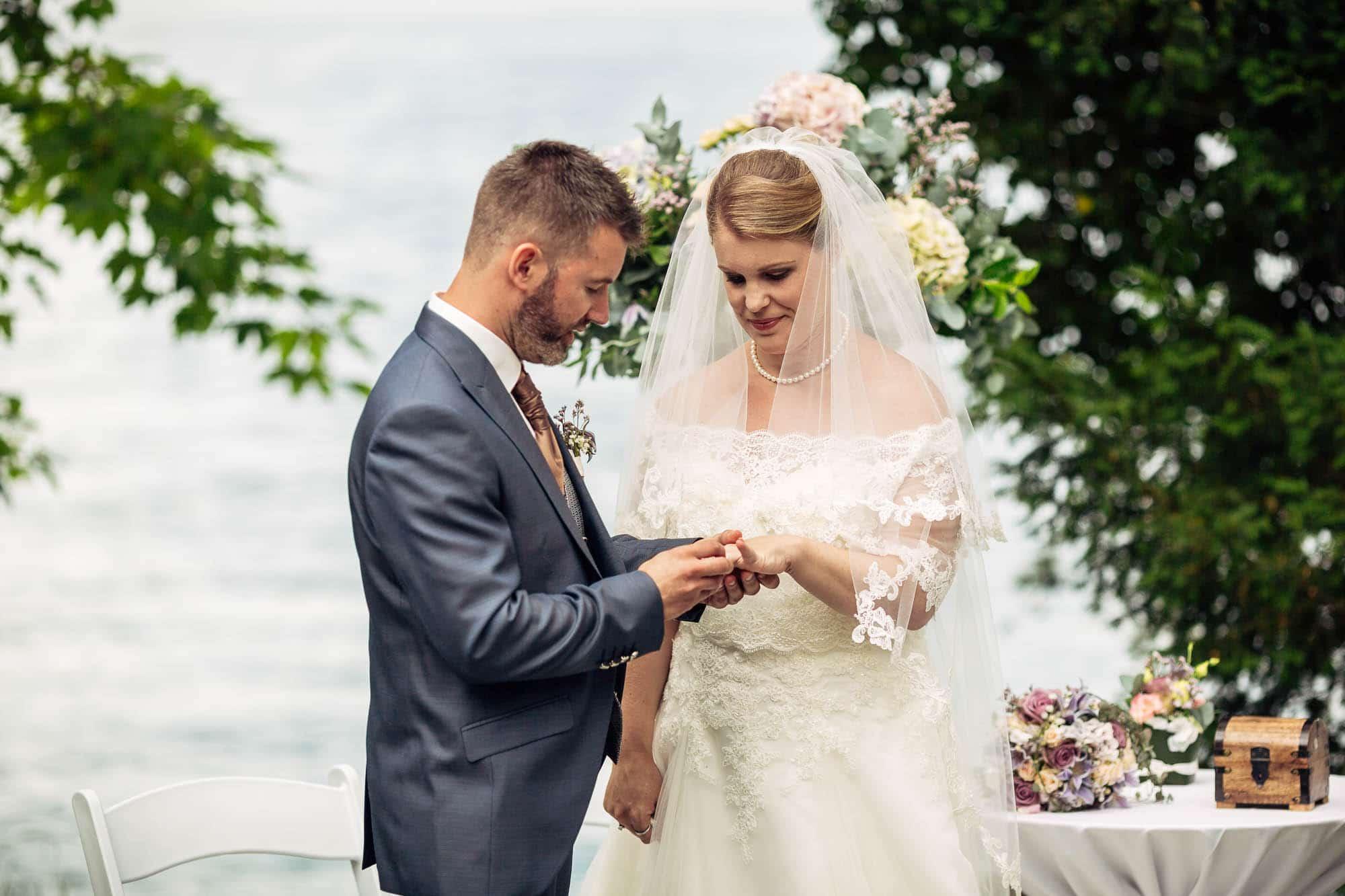Bräutigam steckt Ring an