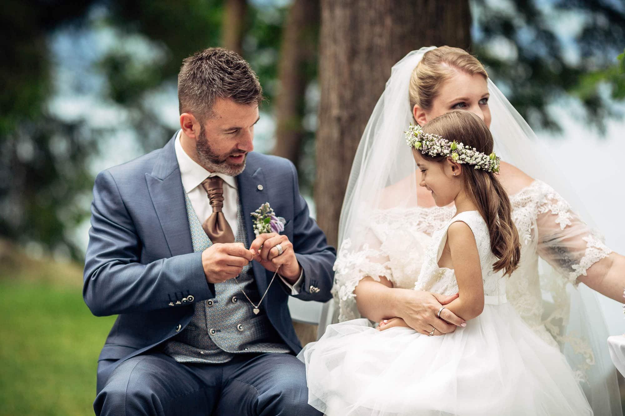 Tochter bekommt als Erinnerung an die Hochzeit einen Goldanhänger geschenkt
