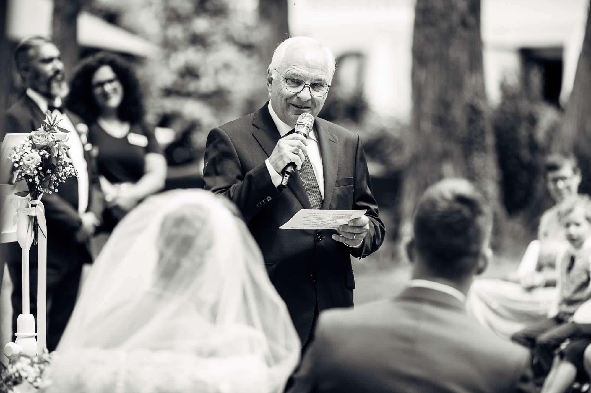 Brautvater hält Ansprache während Trauzeremonie