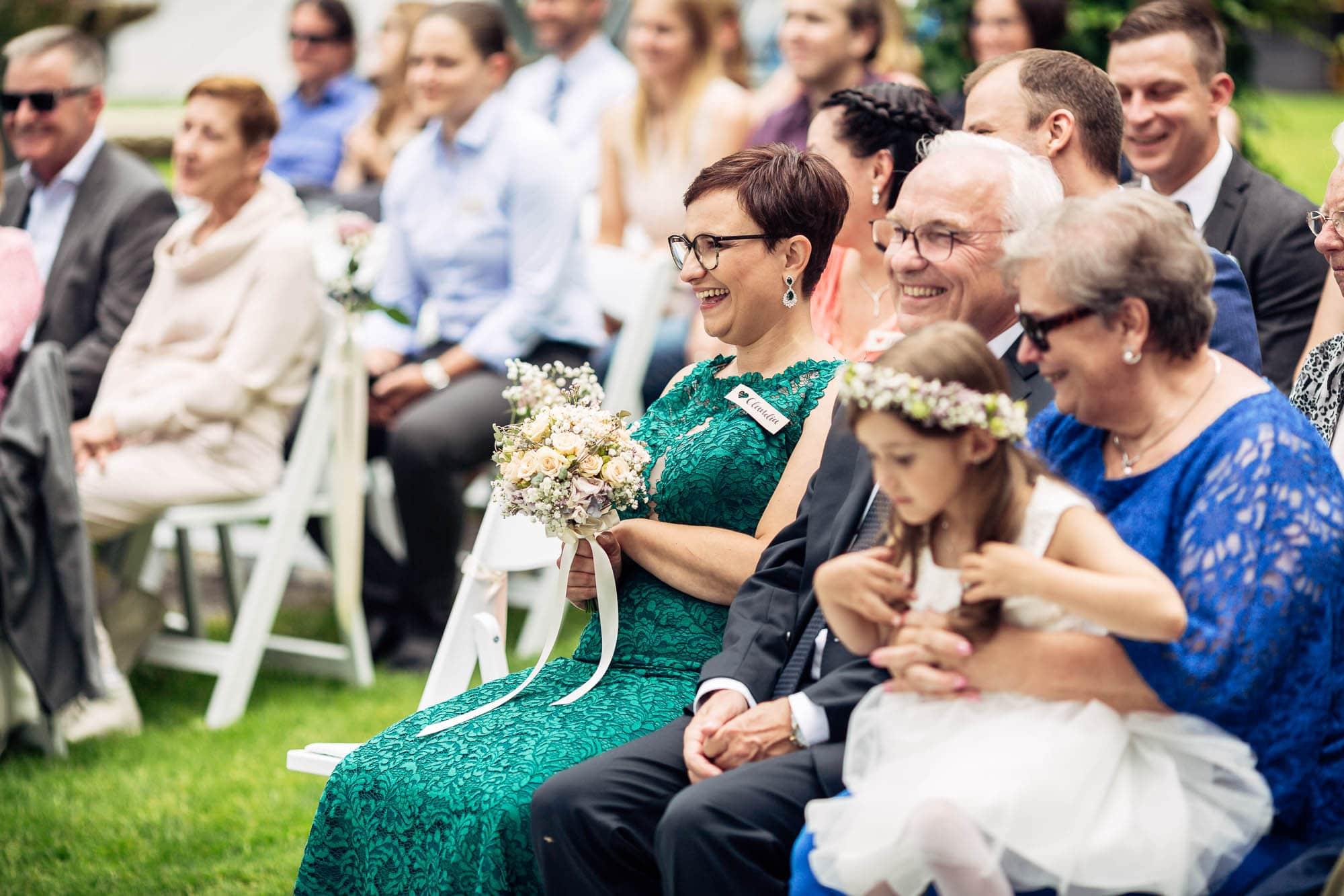 Hochzeitsgäste lachen und sind glücklich