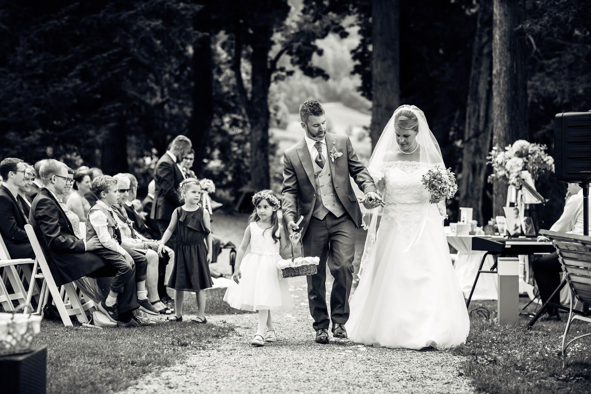 Brautpaar schreitet zu Apéro