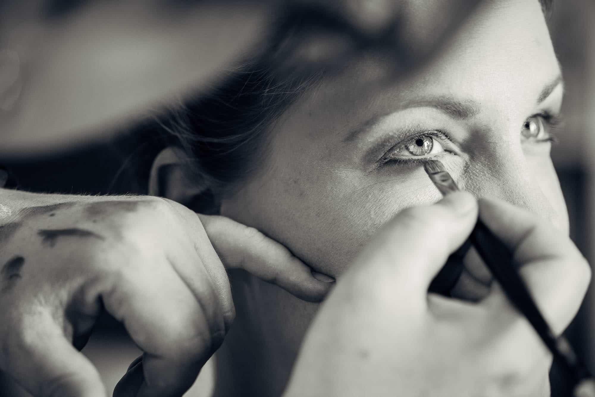 Eye liner wird angebracht