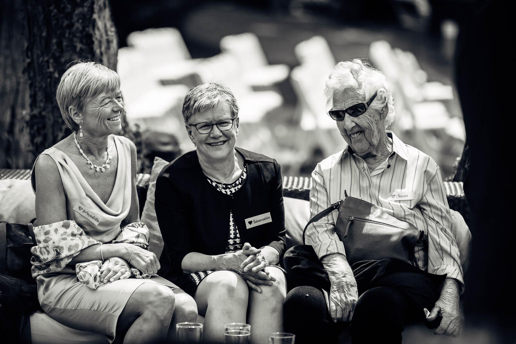 Ältere Gäste amüsieren sich
