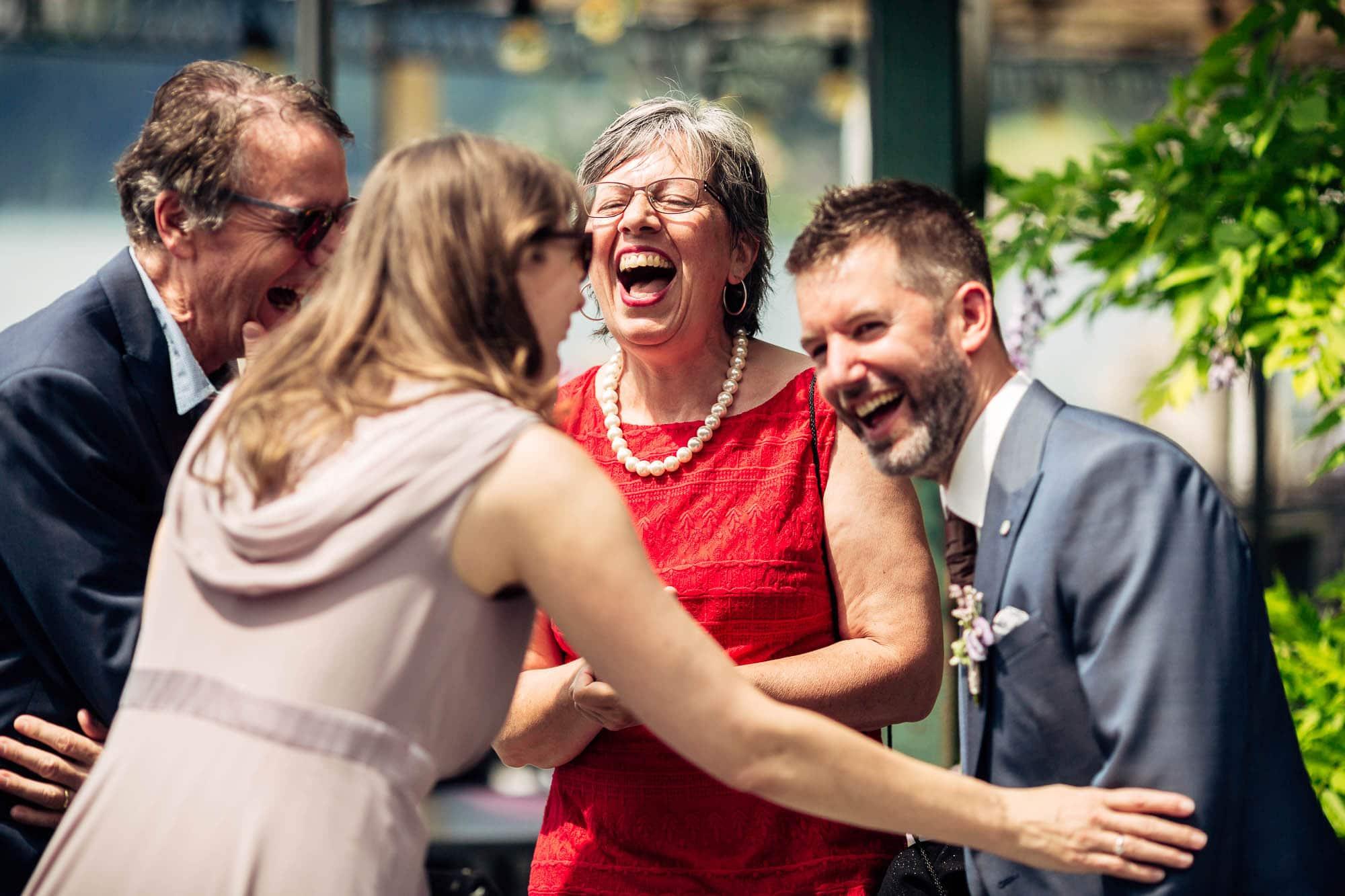Gäste lachen heftig
