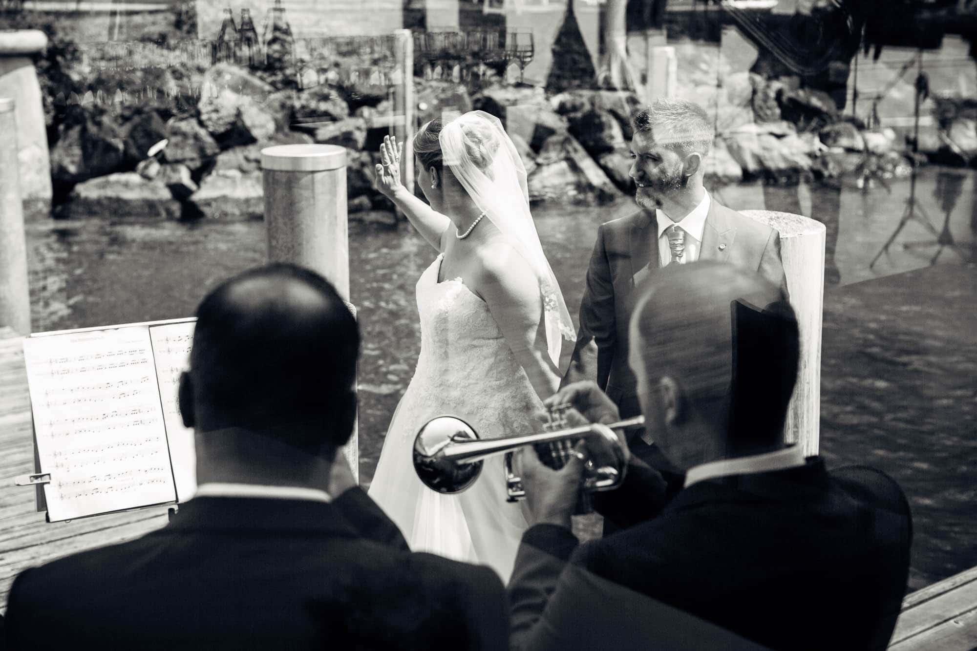 Hochzeitsfotograf Vitznau Brautpaar steigt aufs Schiff