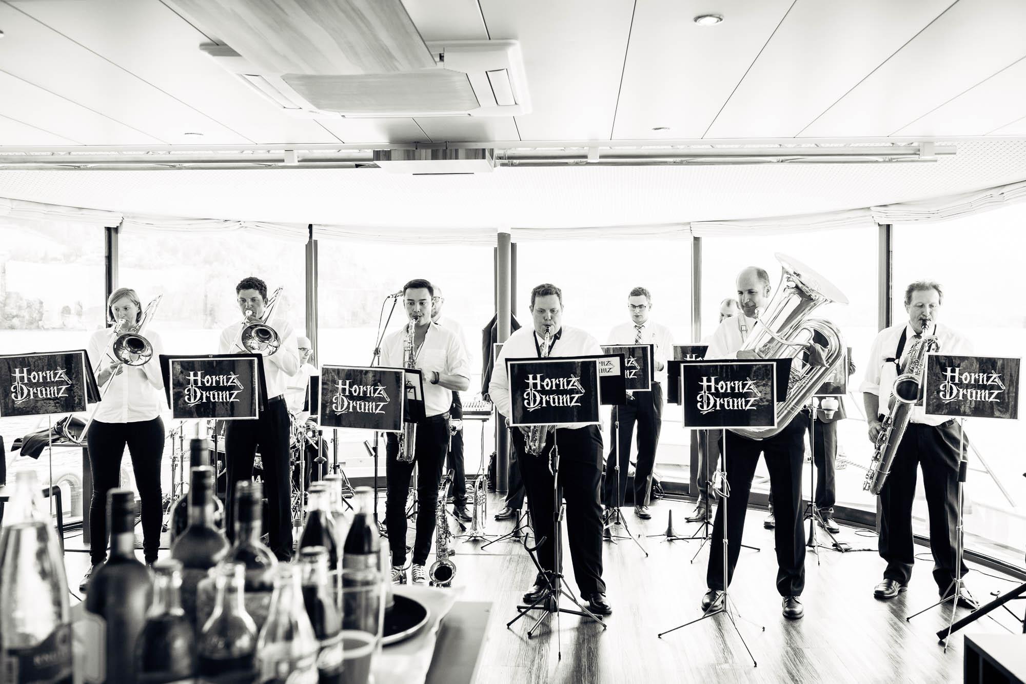 Brassband spielt auf Schiff an Hochzeit