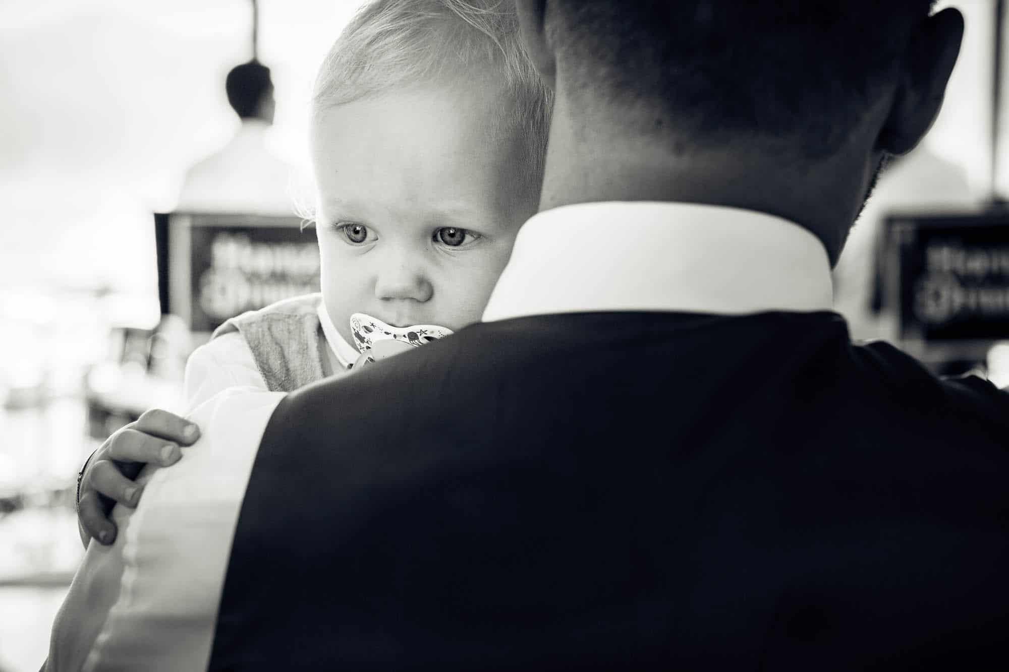 Baby an der Seite des Vaters