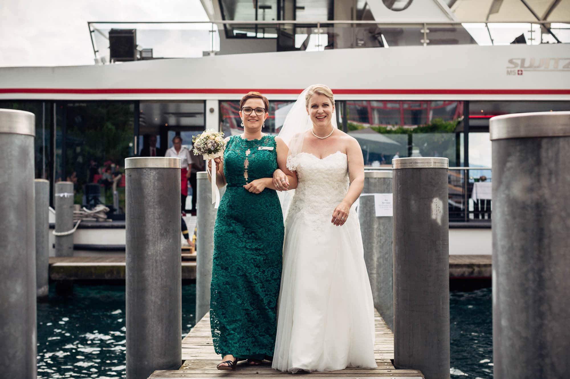 Braut und Trauzeugin schreiten vom Schiff