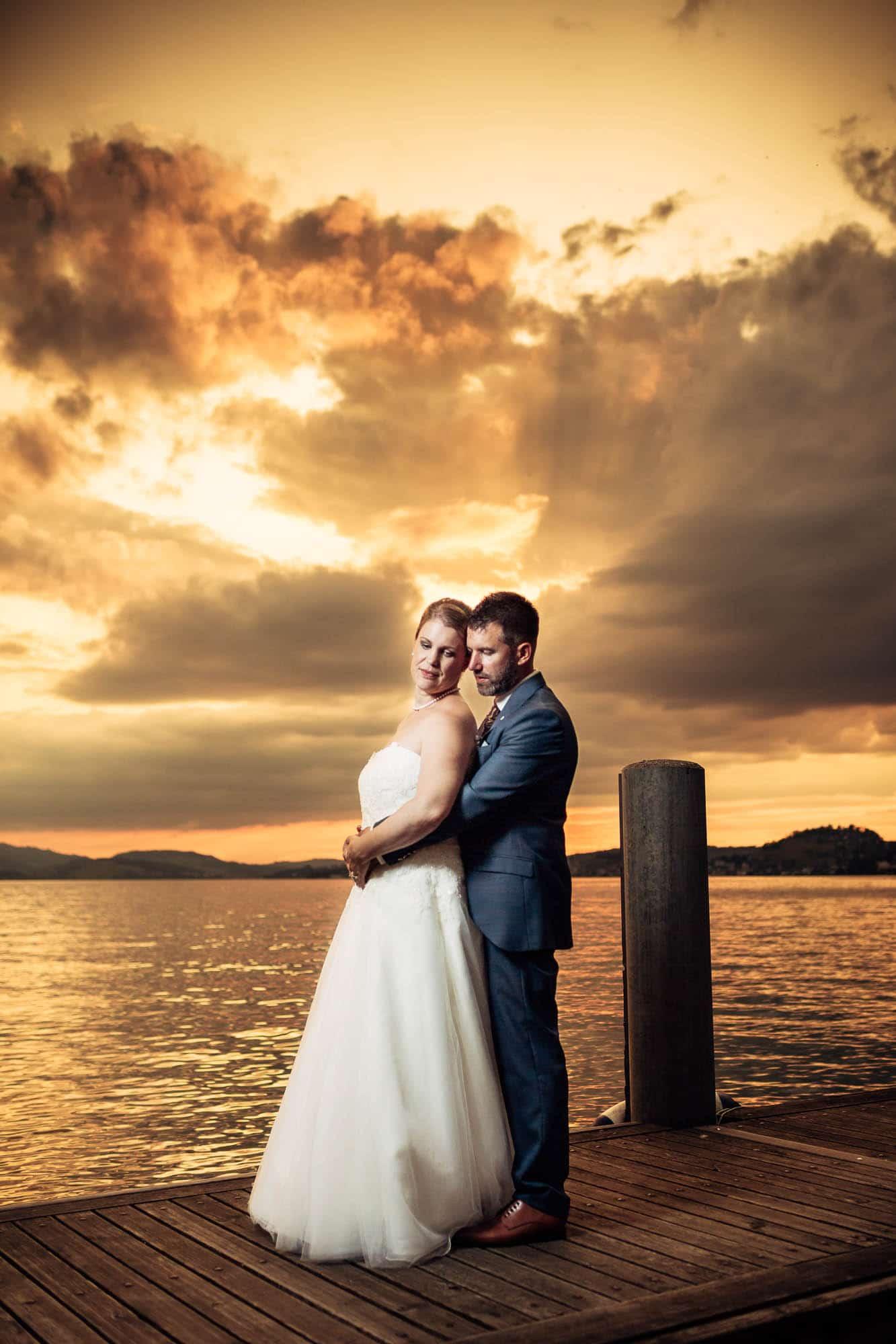 Hochzeitsfotos Vitznau auf dem Schiffsteg bei Sonnenuntergang