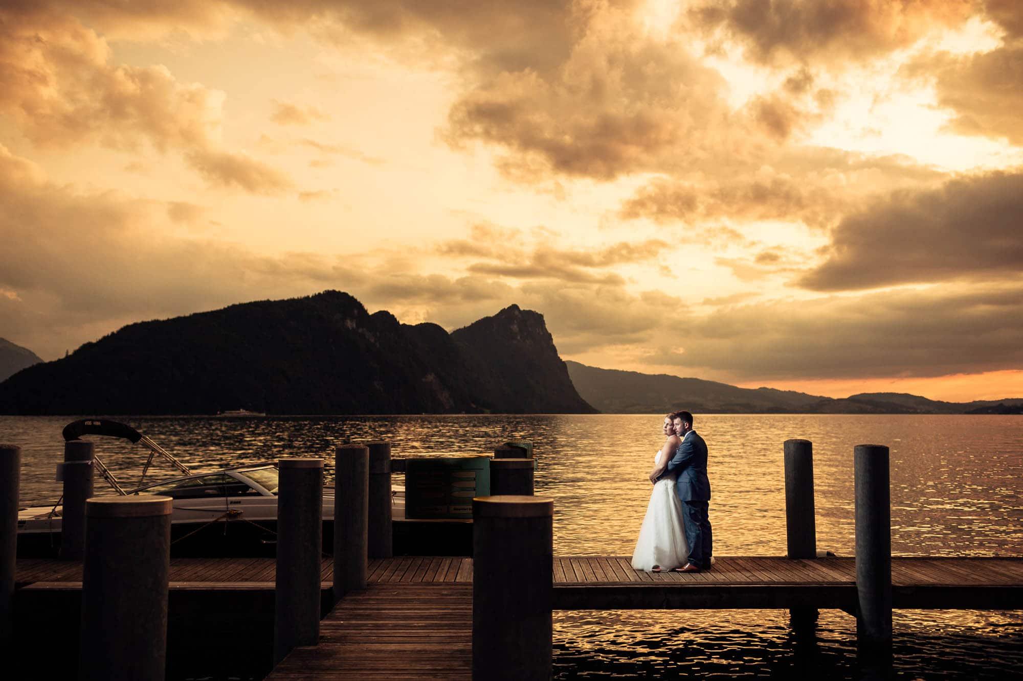 Hochzeitsfotograf Vitznau auf dem Schiffsteg bei Sonnenuntergang
