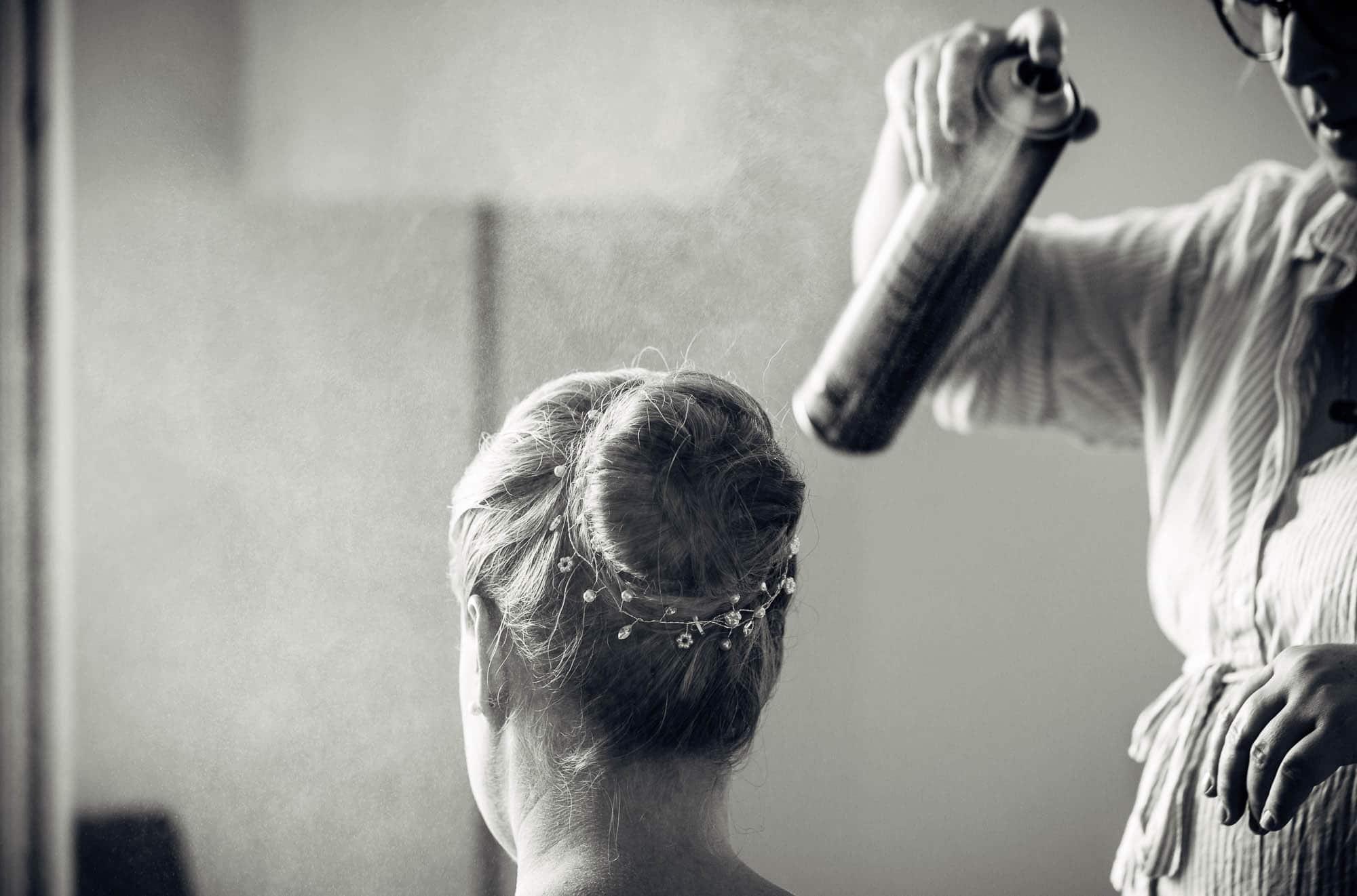 Frisur wird mit Haarspray fixiert