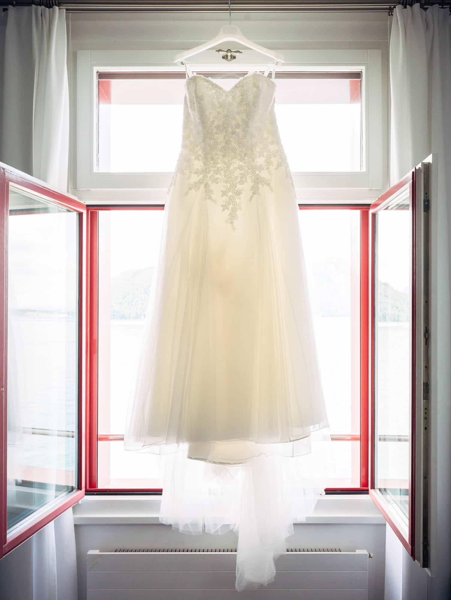 Brautkleid am Fenster vom Vitznauerhof