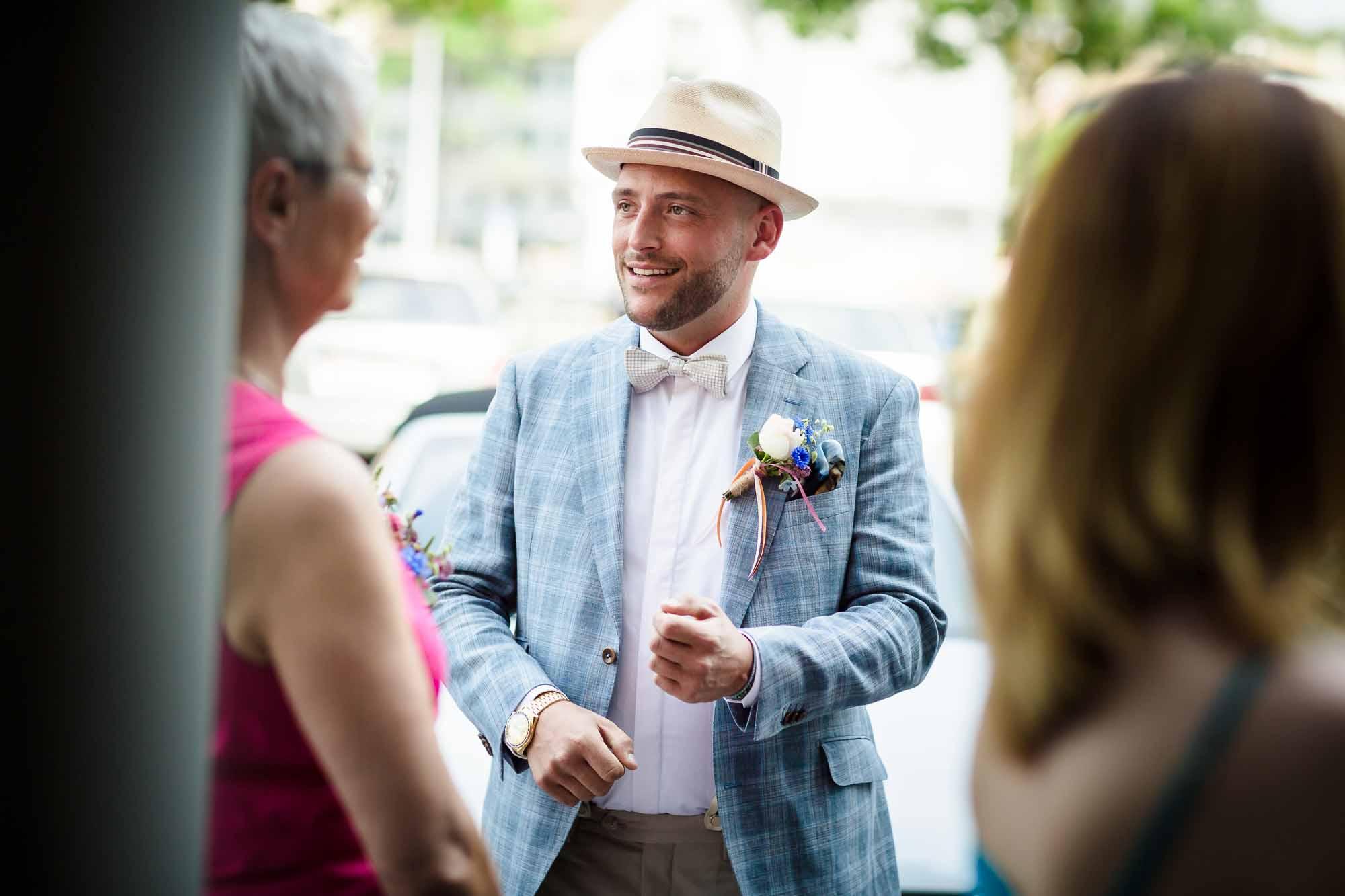 Bräutigam mit Gästen im. Gespräch