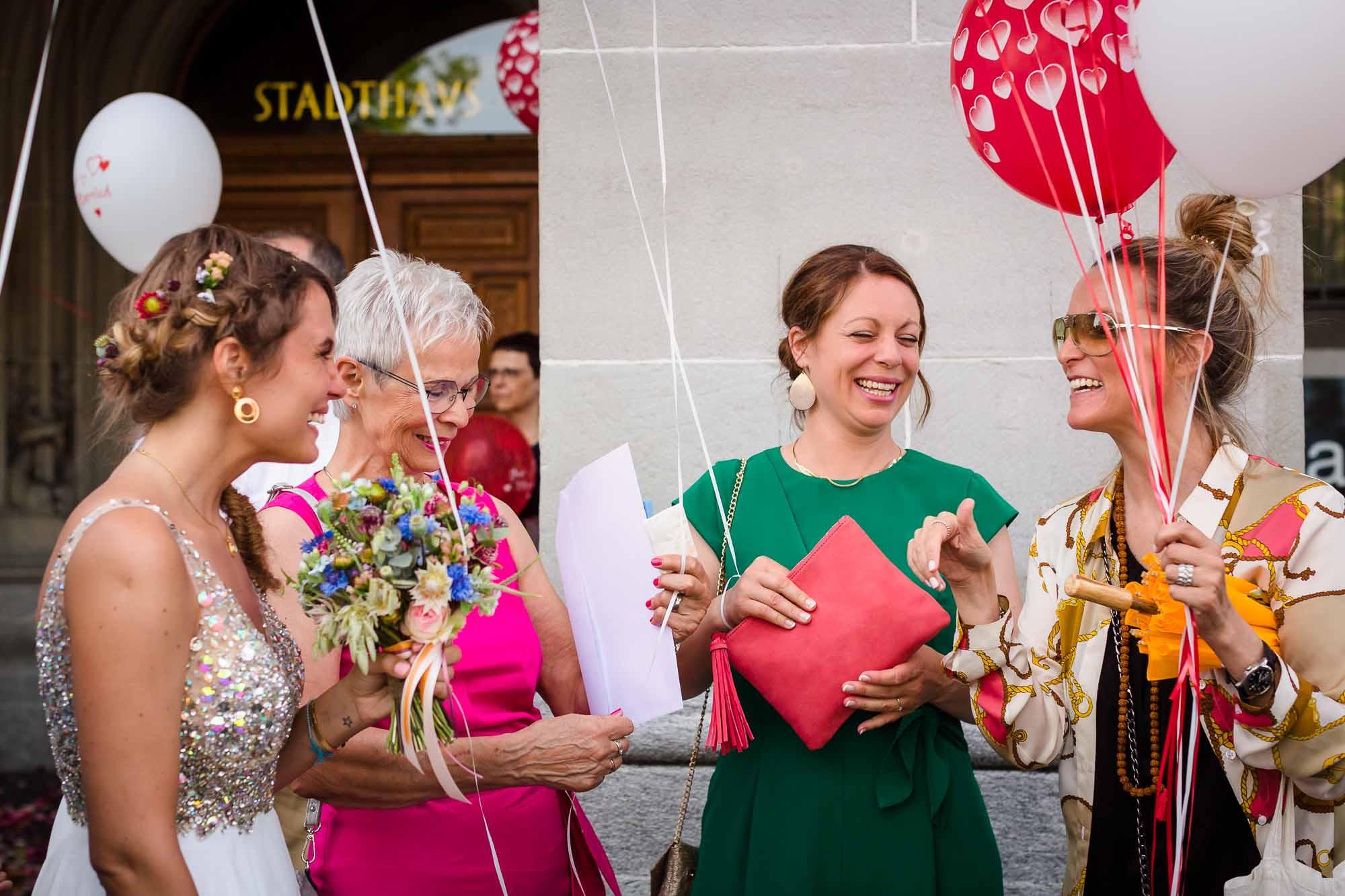 Gäste lachen und verteilen Ballone