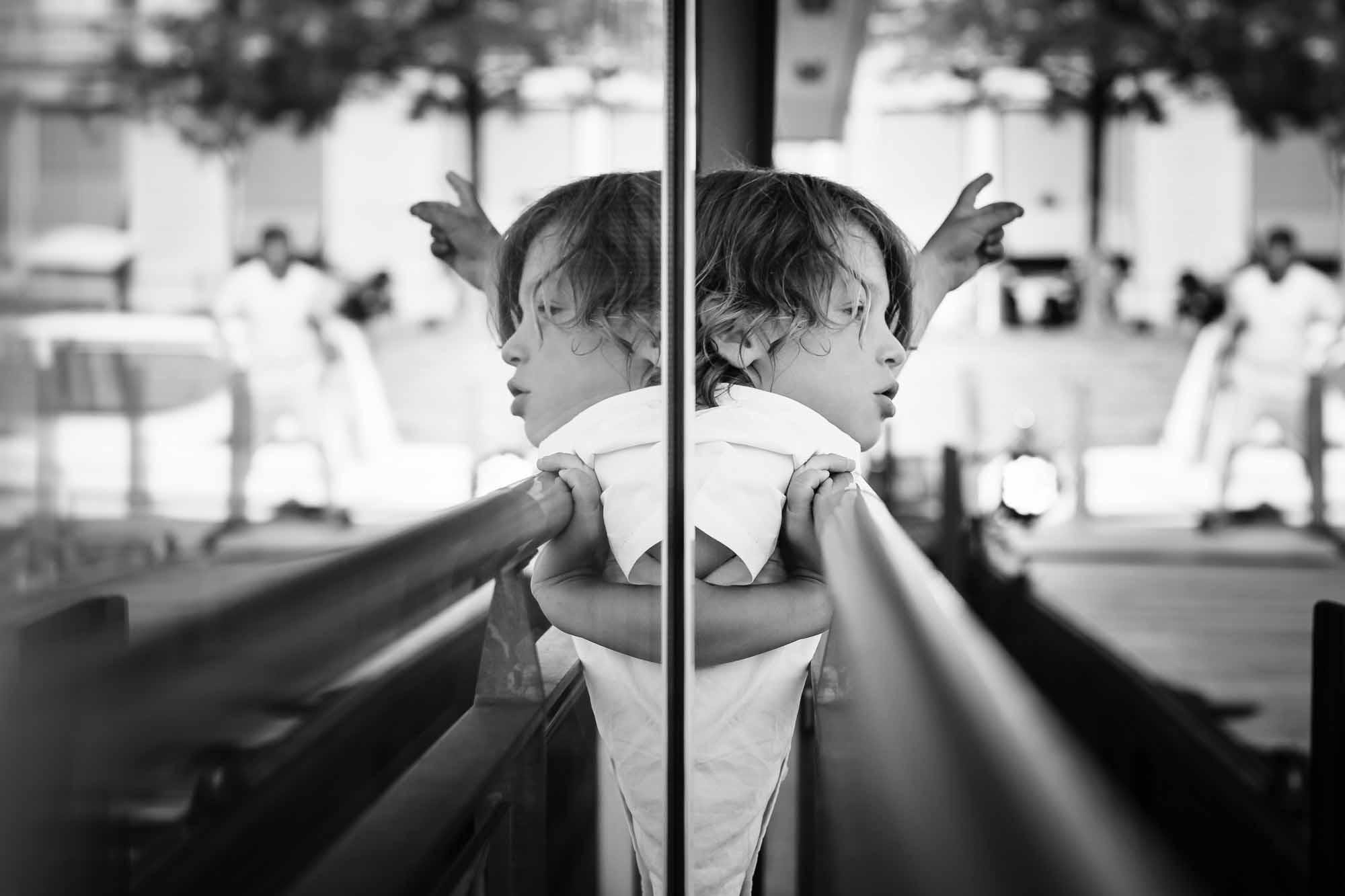 Junge im Spiegelbild des Schiffs