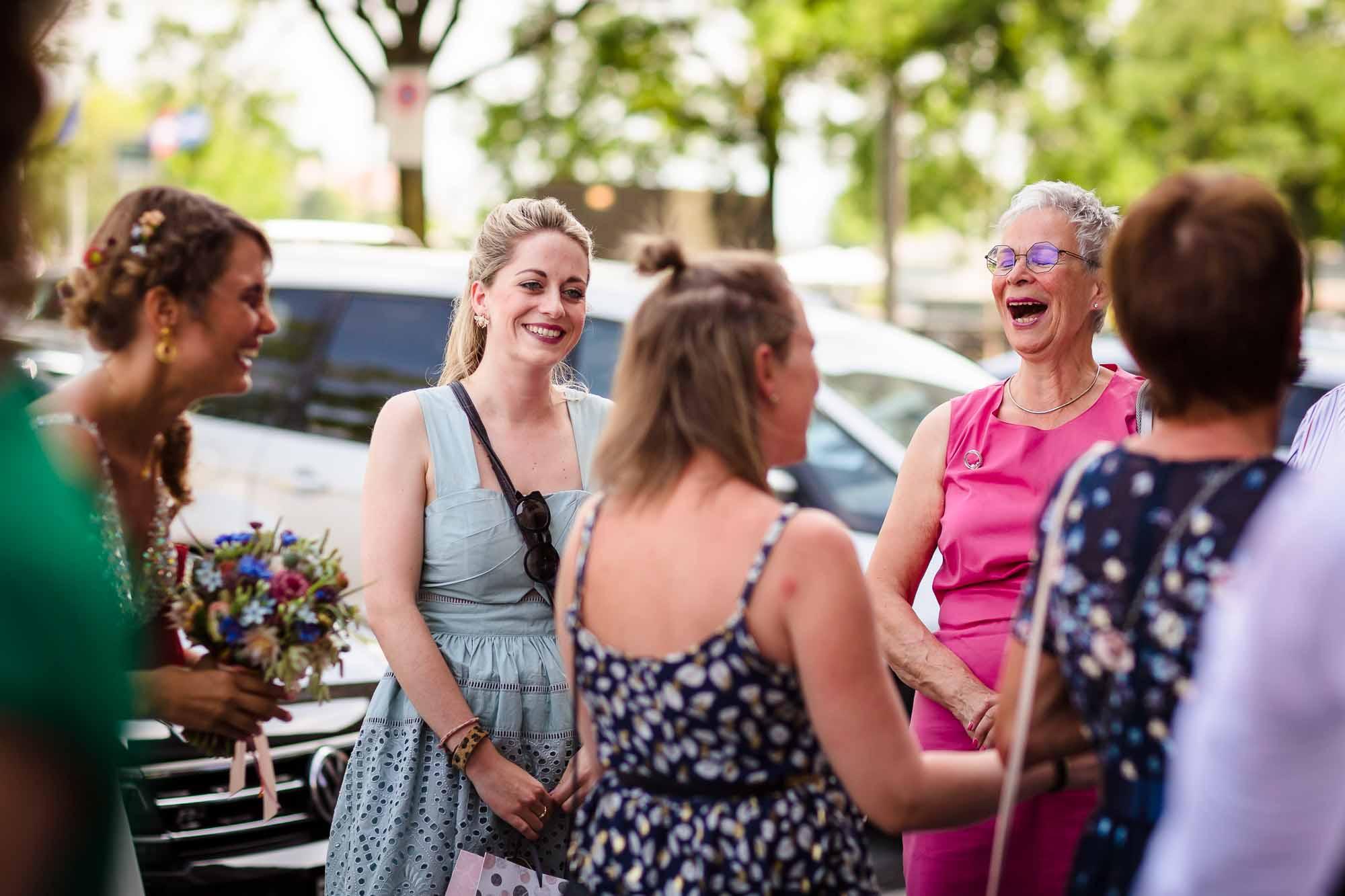 Weibliche Gäste lachen herzhaft