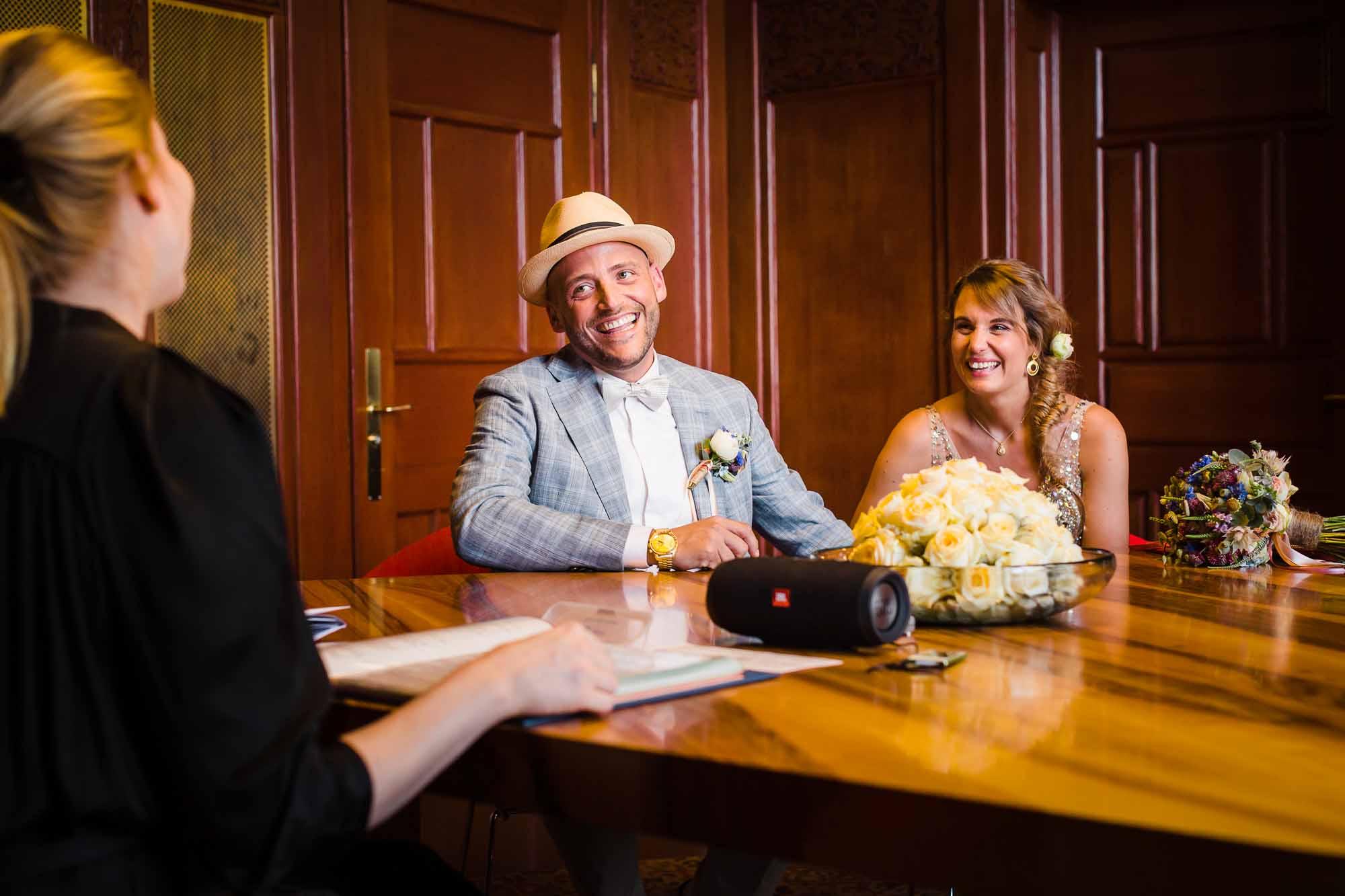 Brautpaar lacht während Trauung im Stadthaus Zürich
