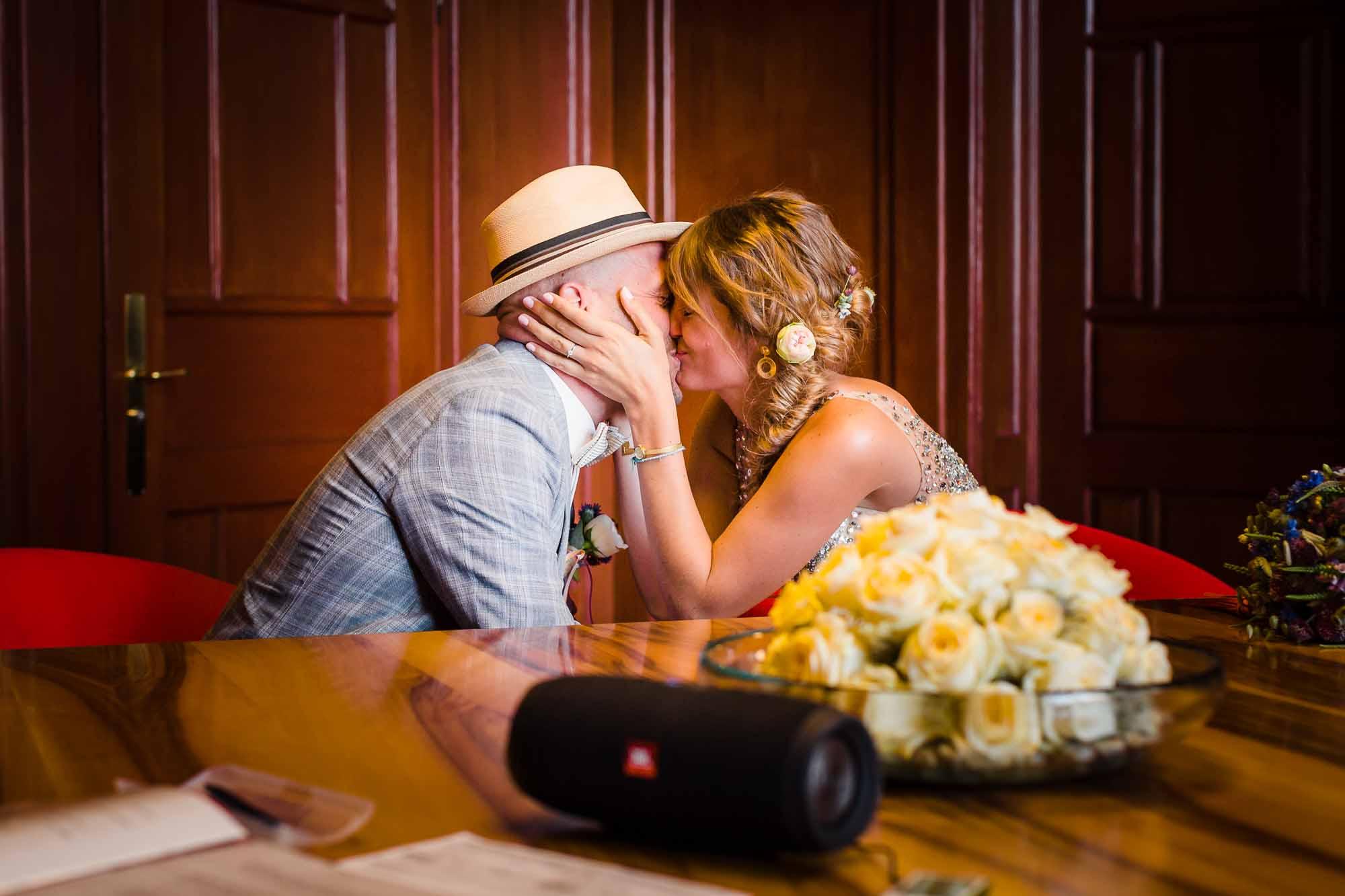 Brautpaar küsst sich nach Ja-Wort