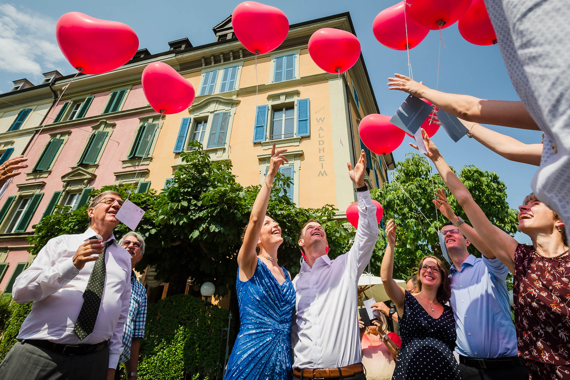 Brautpaar lässt Ballone steigen