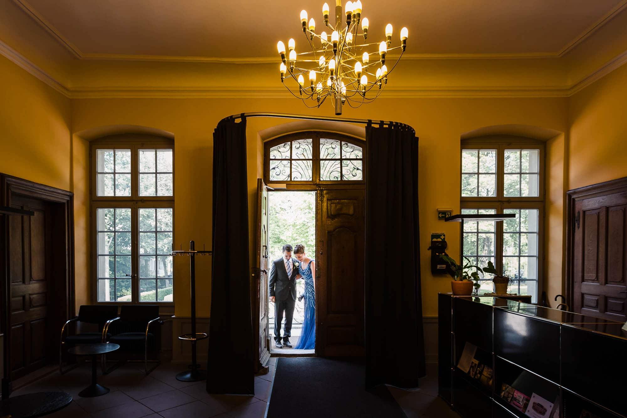 Brautpaar schreitet ins Schloss Bümpliz