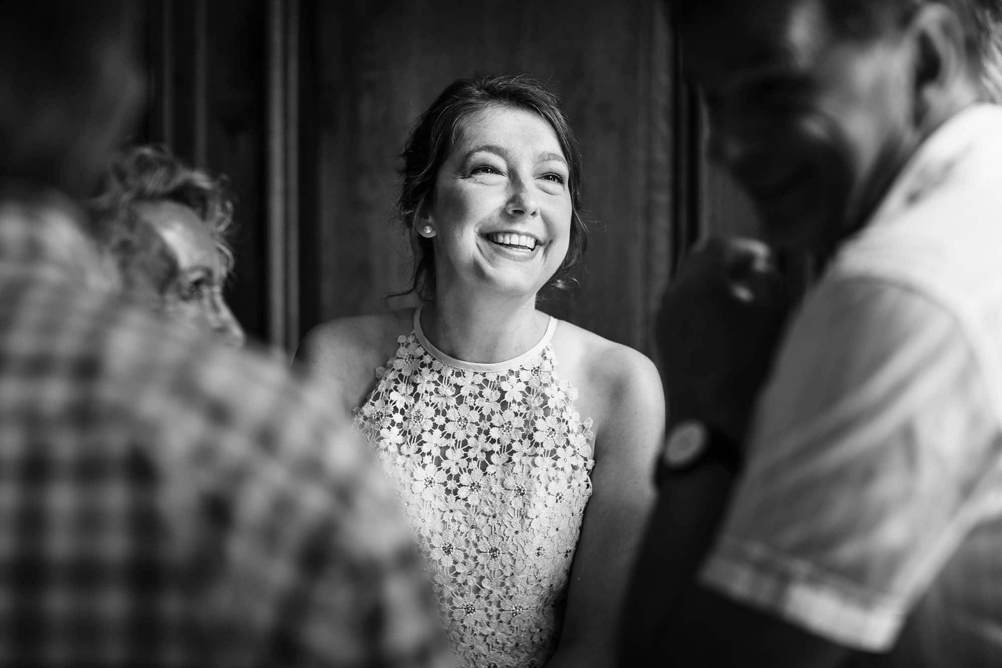 Weiblicher Gast in Spitzenkleid lacht