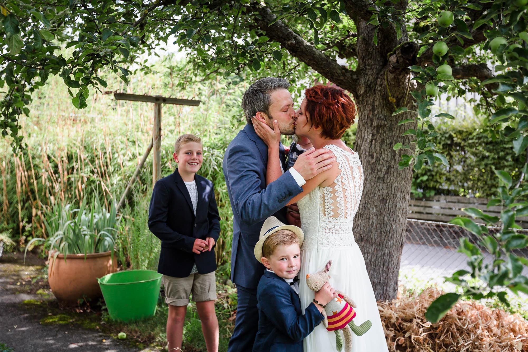 Brautpaar küsst sich nach dem ersten Sehen