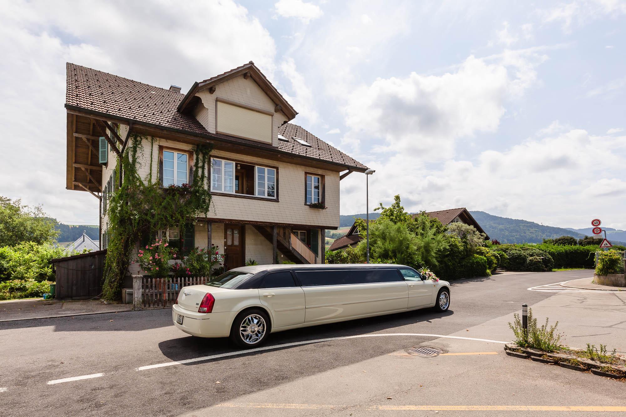 Limousine vor altem Haus