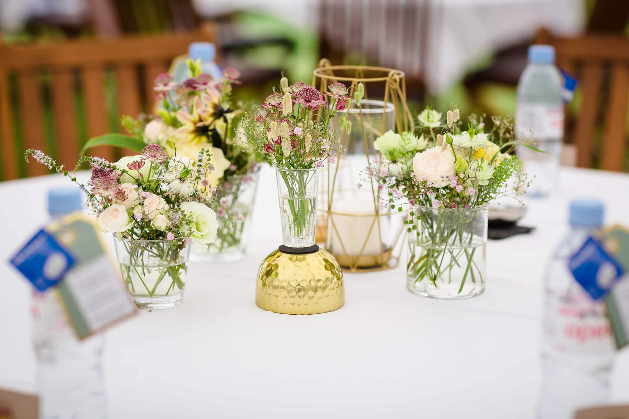 Blumendekoration auf Tisch