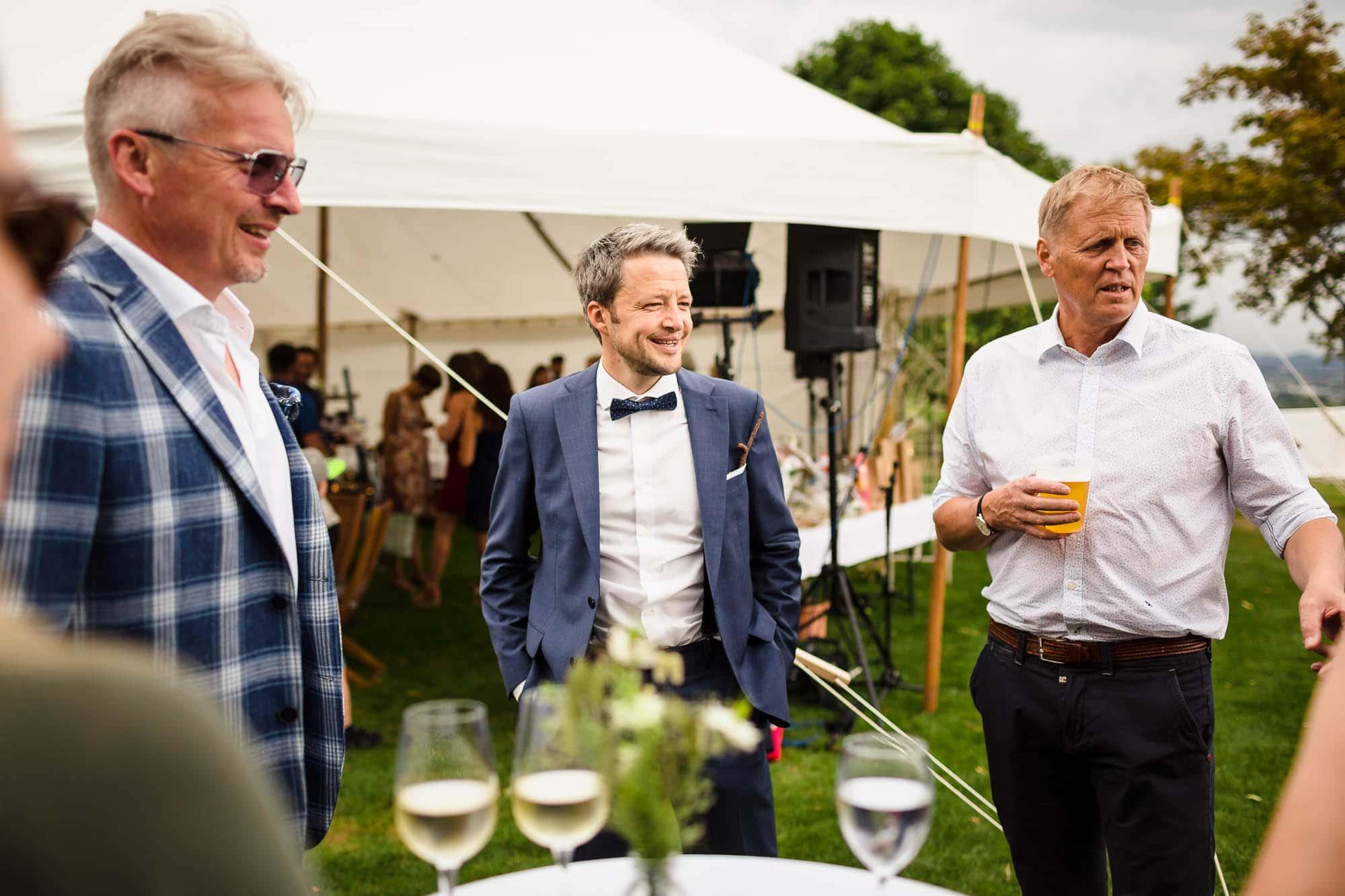 Bräutigam und Gäste beim Apéro