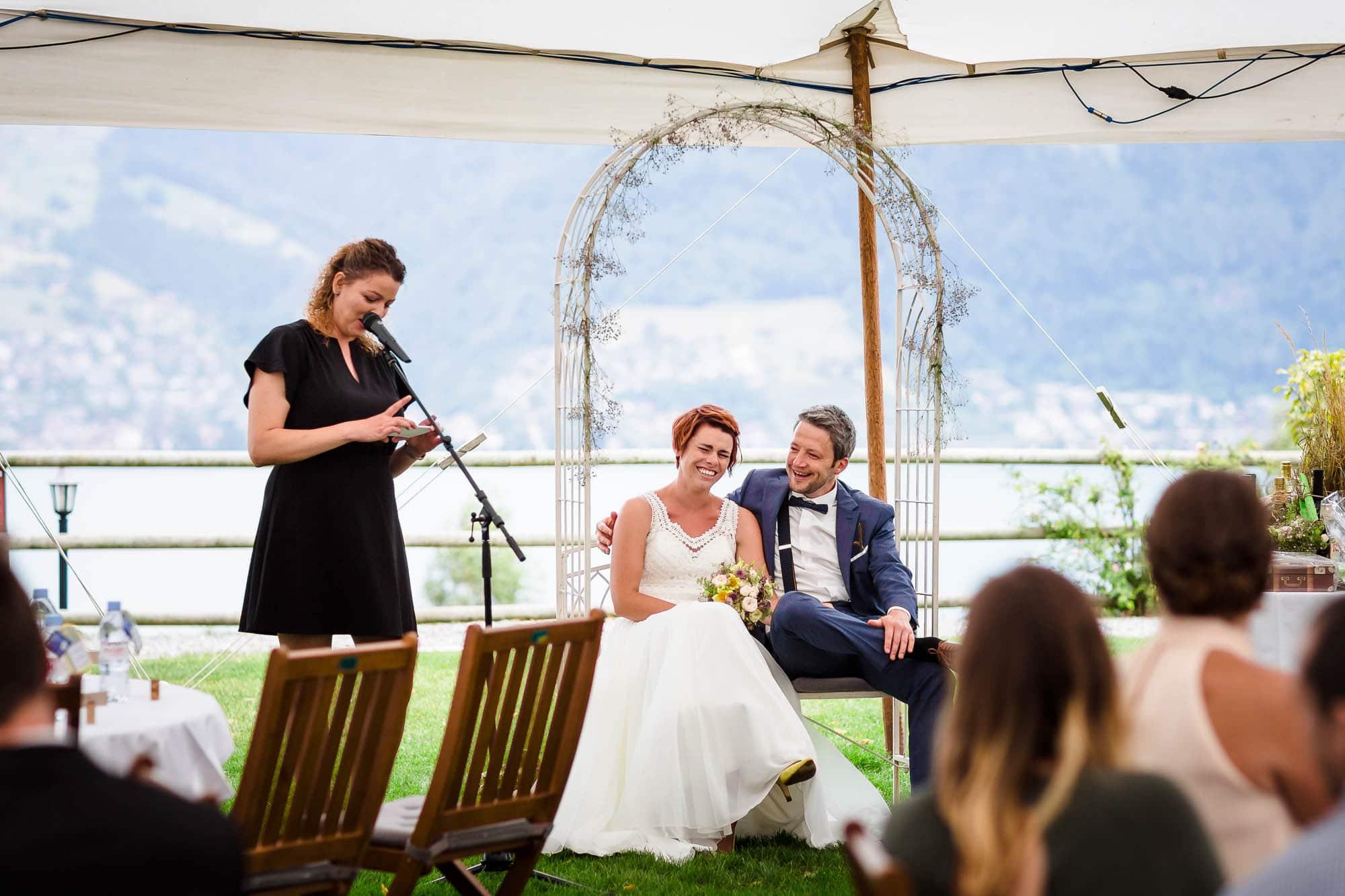 freie Hochzeitszeremonie in einem Zelt