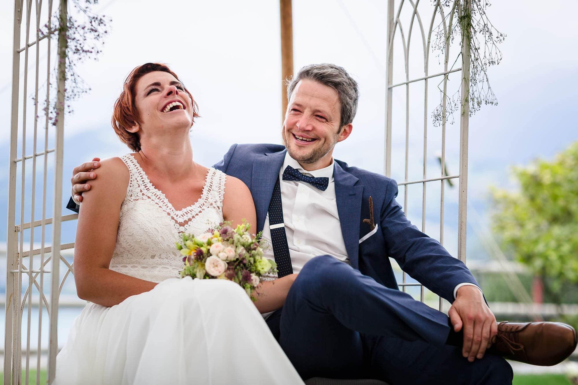 Brautpaar lacht während Zeremonie