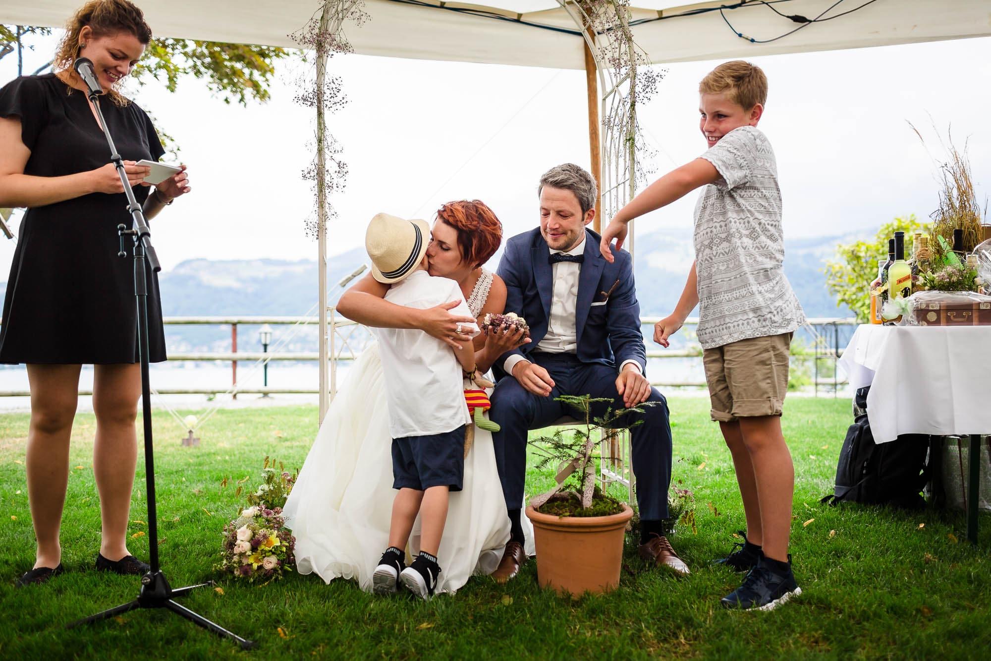 Kinder schenkem dem Brautpaar ein Bäumchen