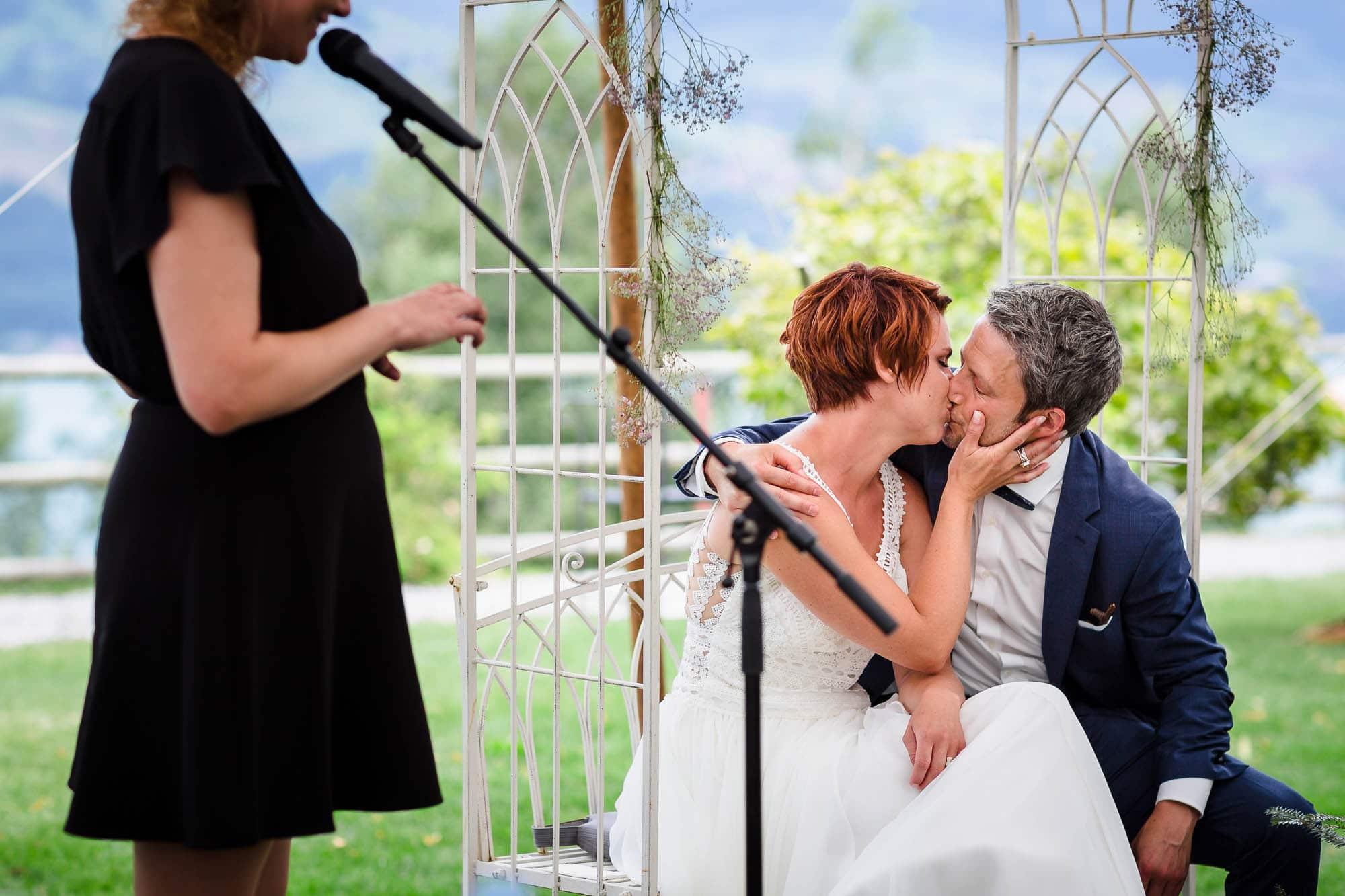 Brautpaar küsst sich nach dem Ja-Wort