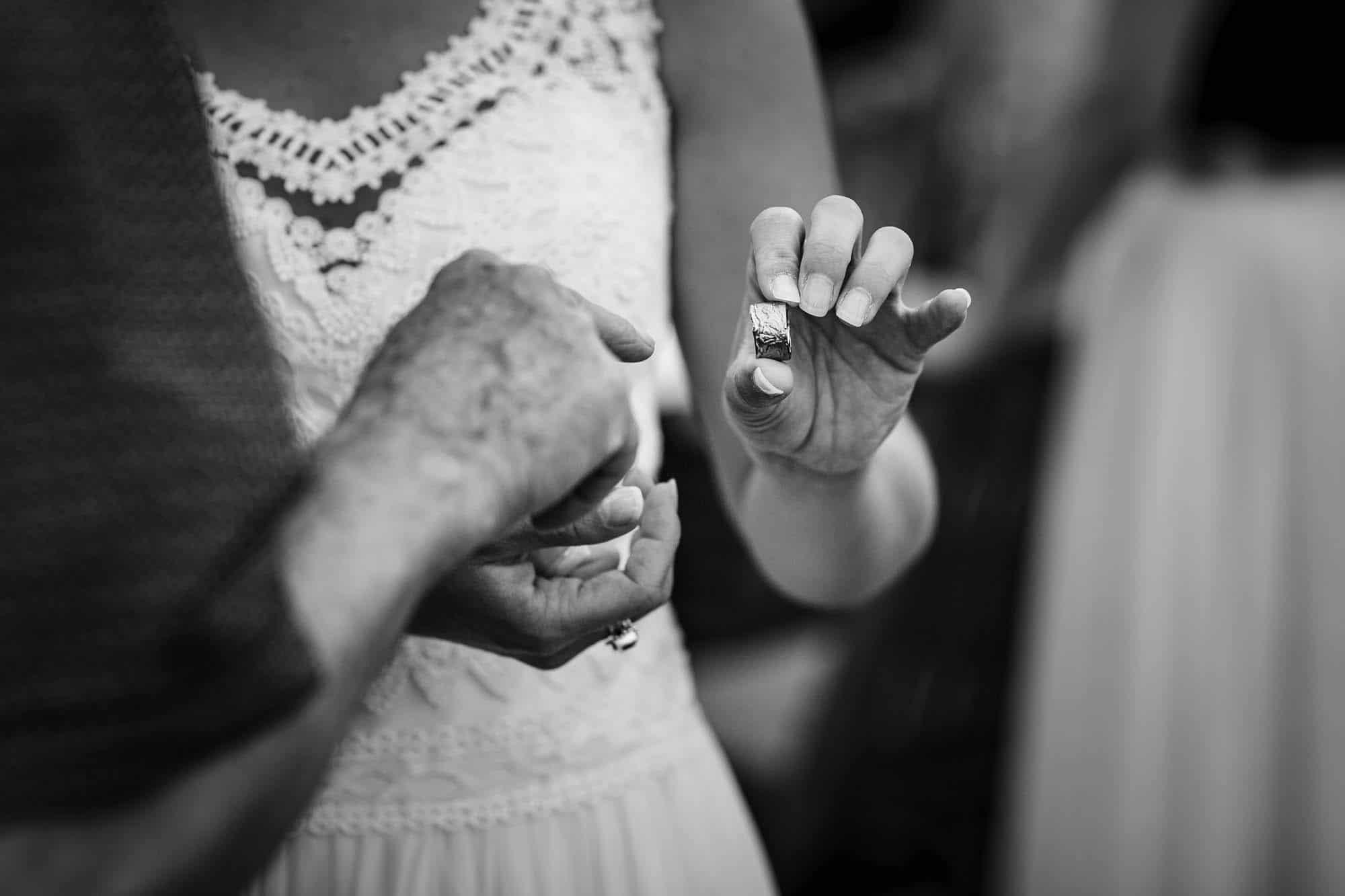 Braut präsentiert den Ehering