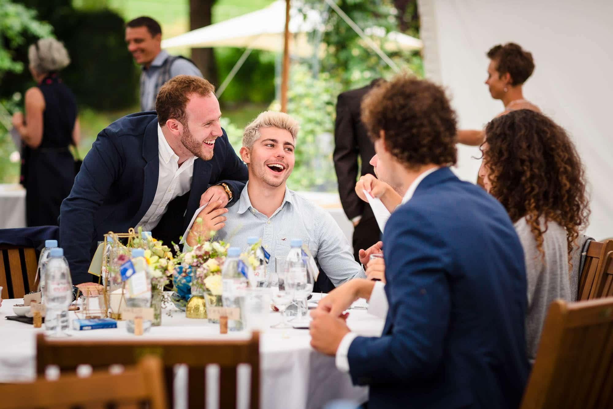 Männer haben roten Kopf vom Lachen