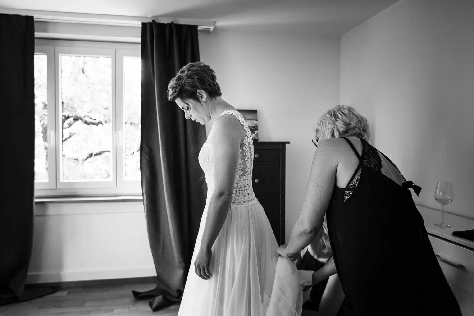 Brautkleid wird gerichtet