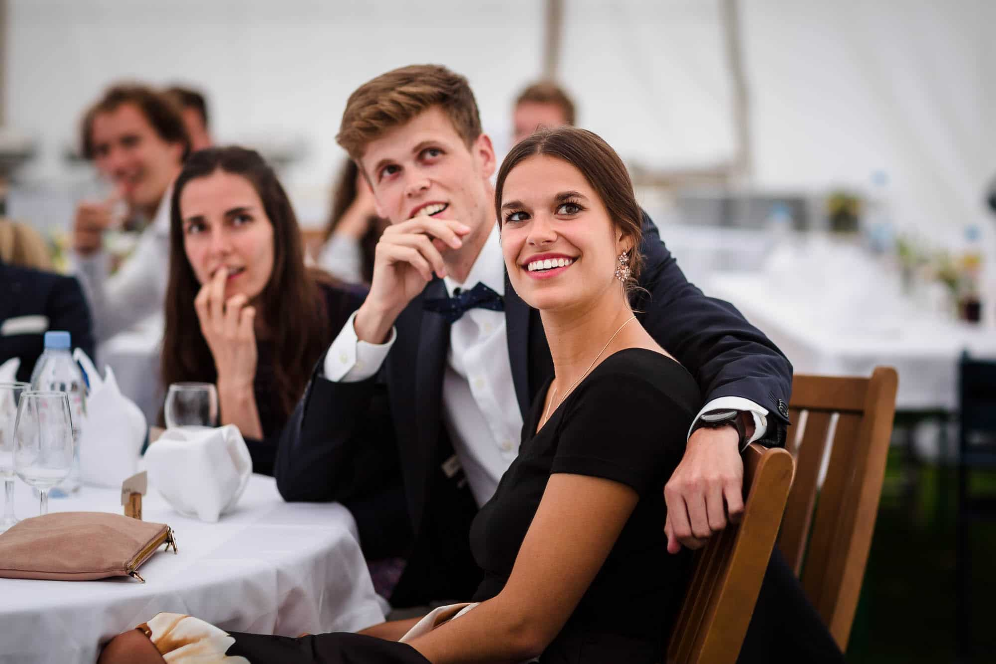 Gäste schauen gespannt