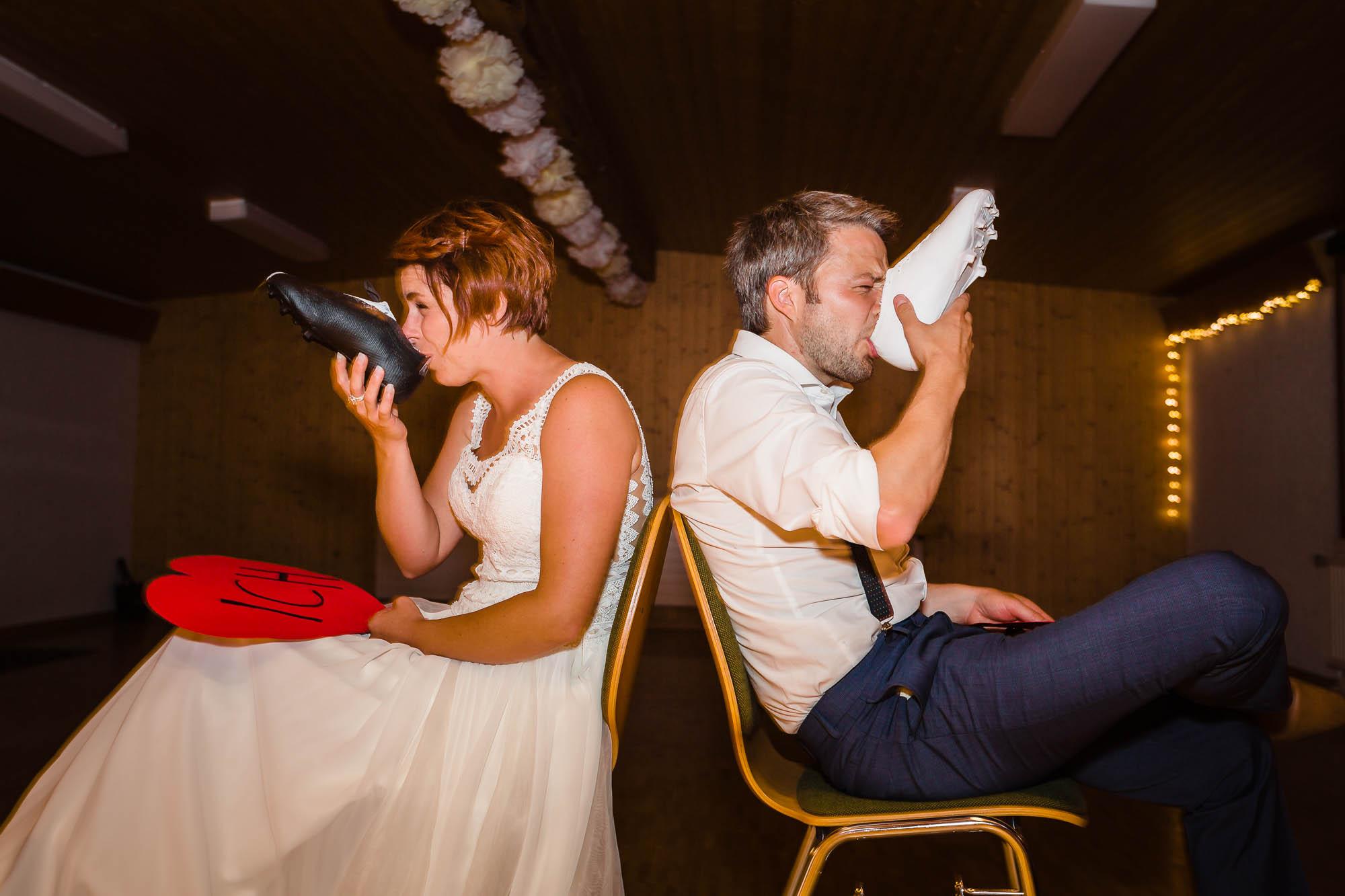 Brautpaar trinkt bei Hochzeitspiel Schnaps aus Fussballschuhen