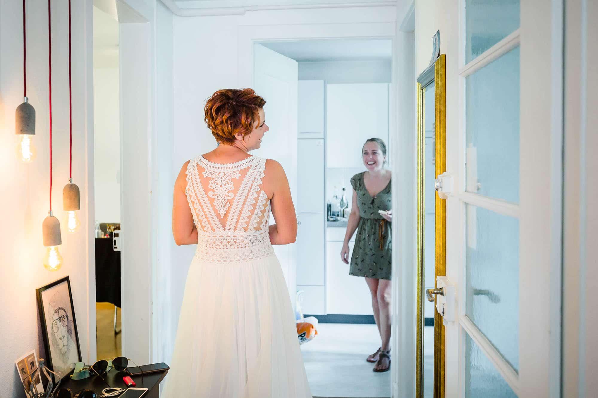 Braut schaut sich im Spiegel an