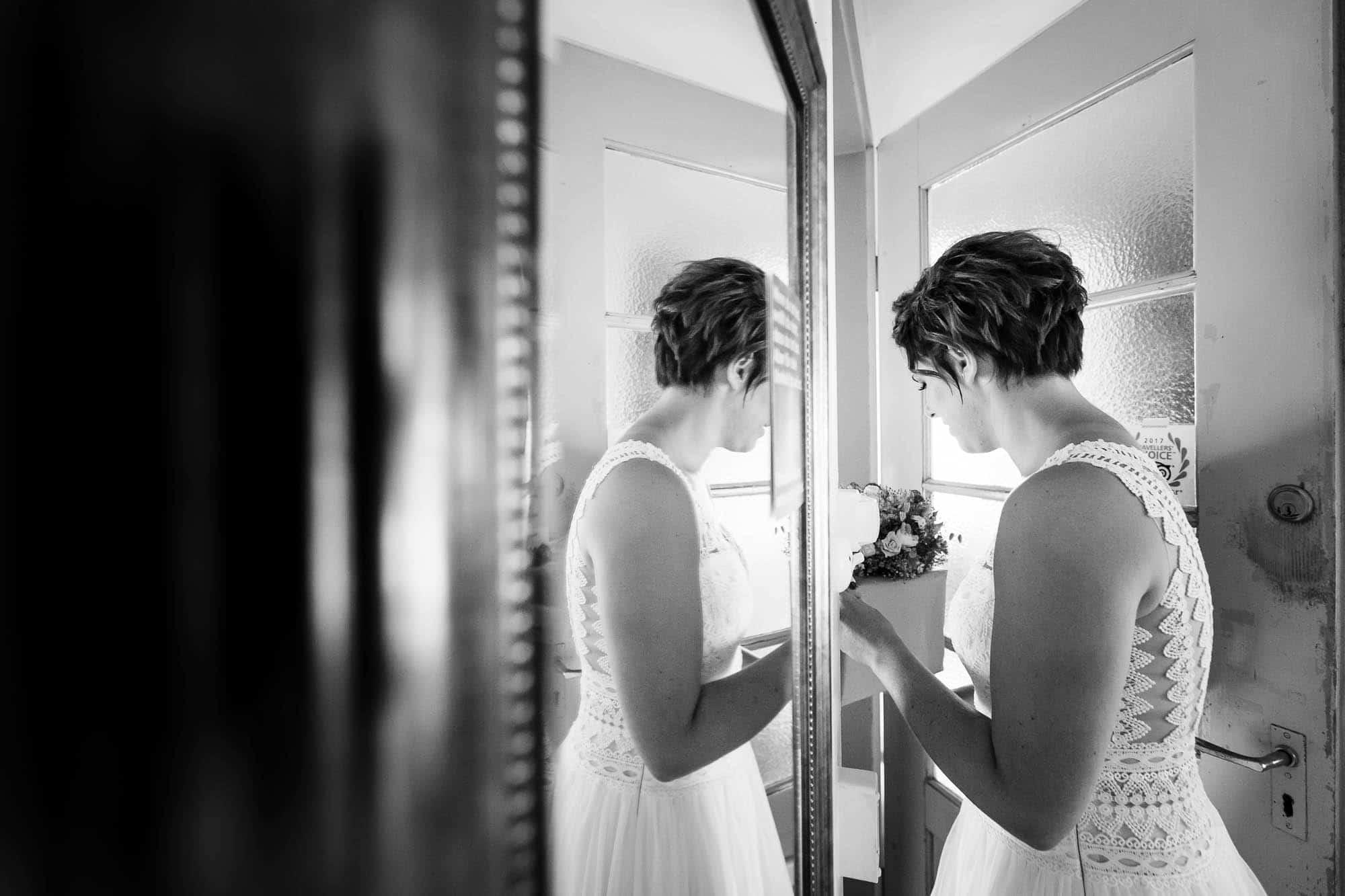 Braut nimmt Brautstrauss entgegen