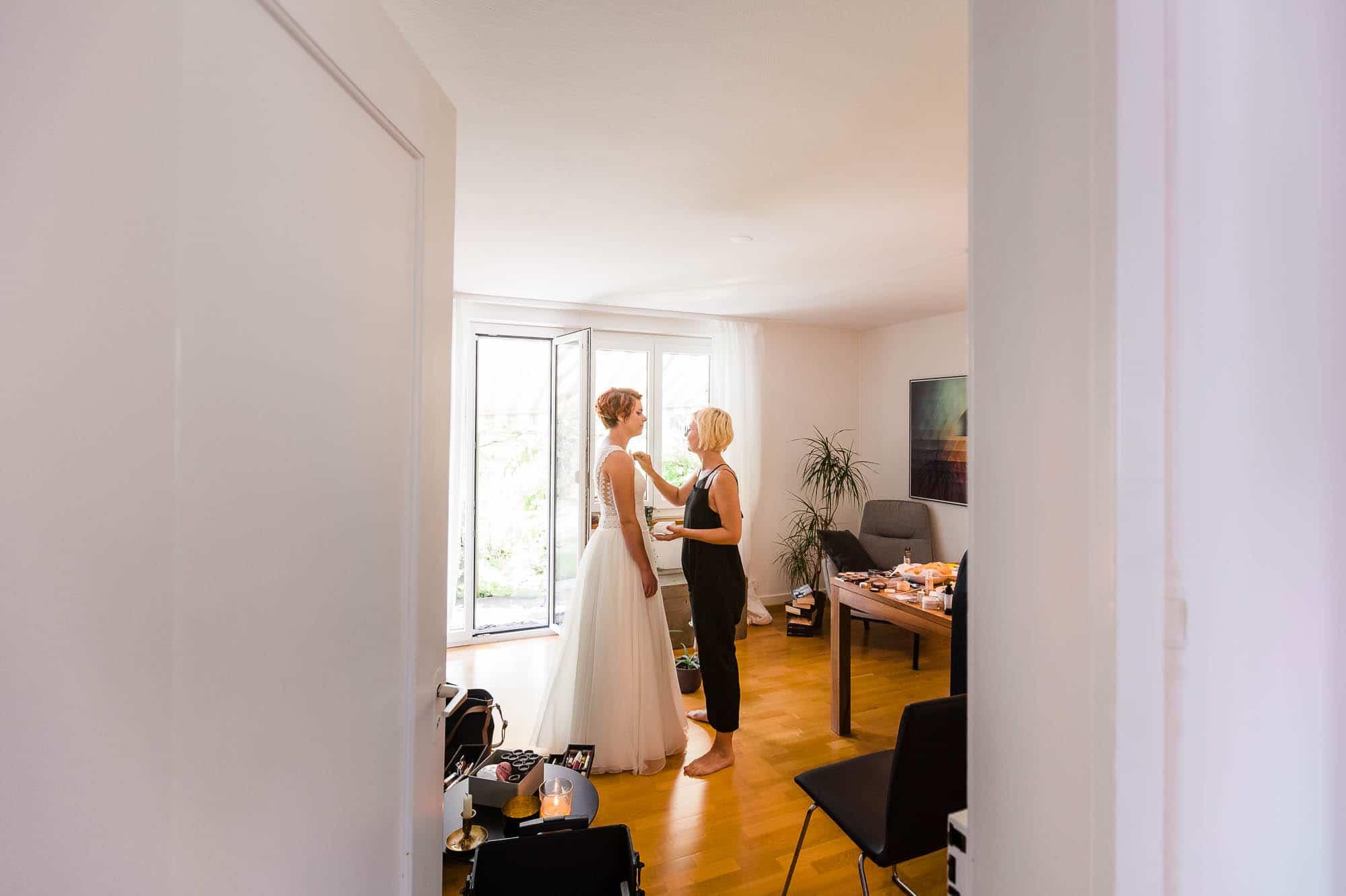 Braut wird abgepudert