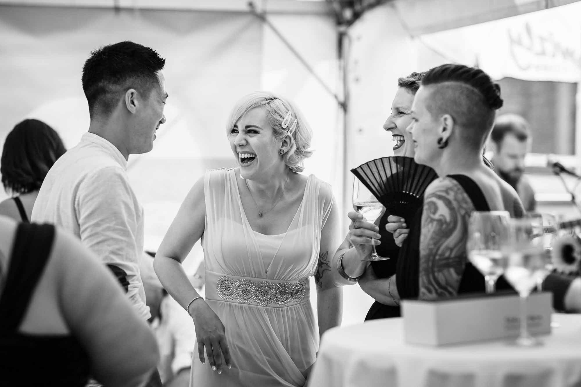 Gäste lachen beim Apéro